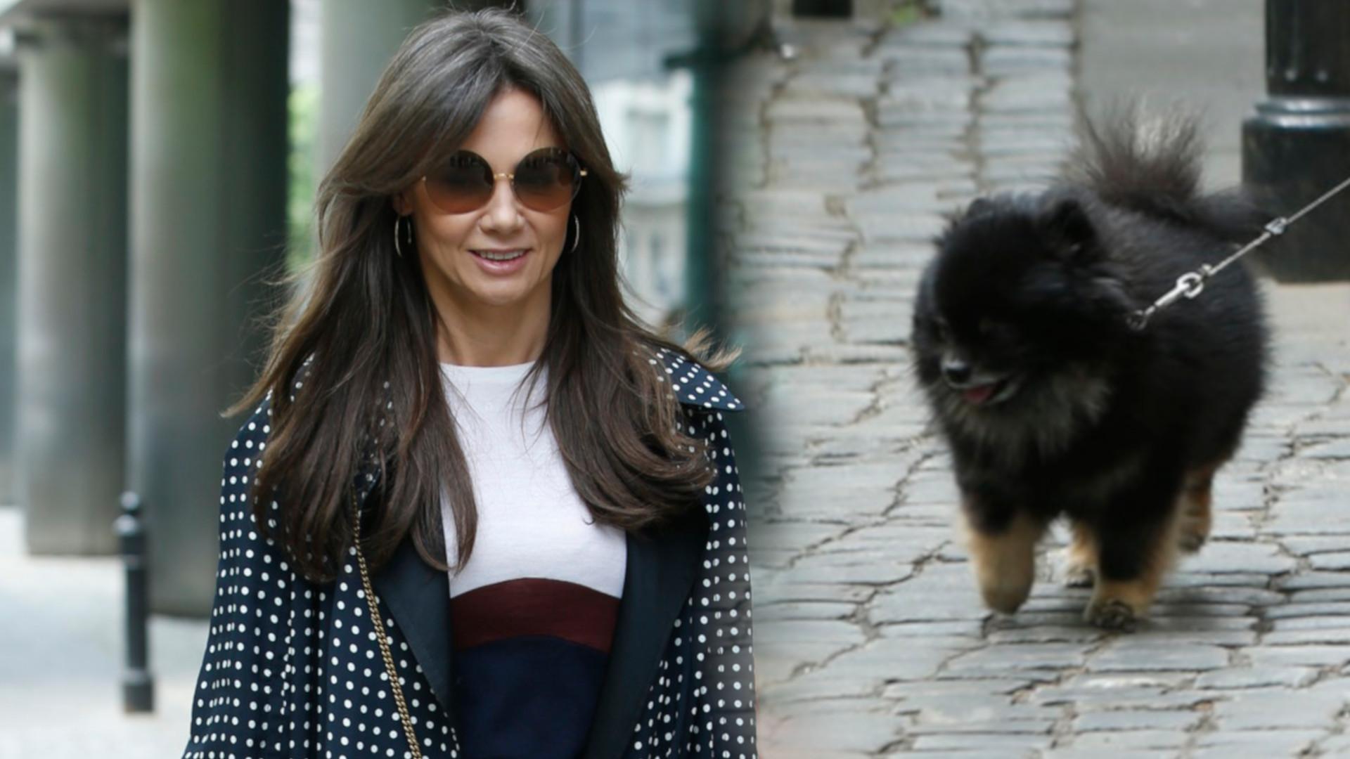 Kinga Rusin w długim płaszczu w kropki na spacerze z psem Czarkiem (ZDJĘCIA)