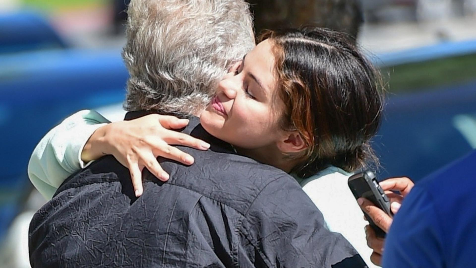 Selena Gomez obejmuje się z mężczyzną – wygląda na dużo starszego od niej (ZDJĘCIA)