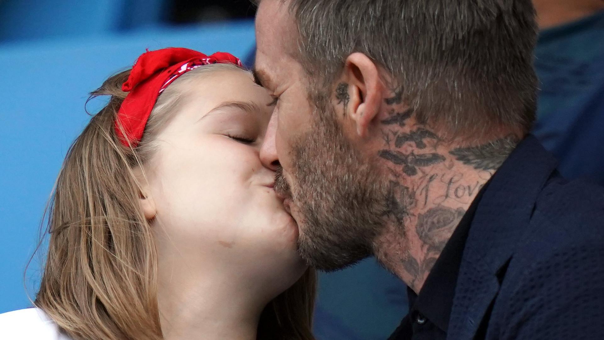 David Beckham nic sobie nie robi z krytyki i znów CAŁUJE w usta 7-letnią córkę Harper