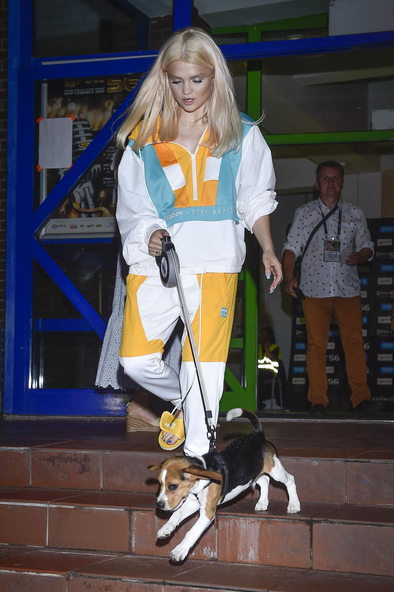 Margaret z psem za kulisami Festiwalu w Opolu