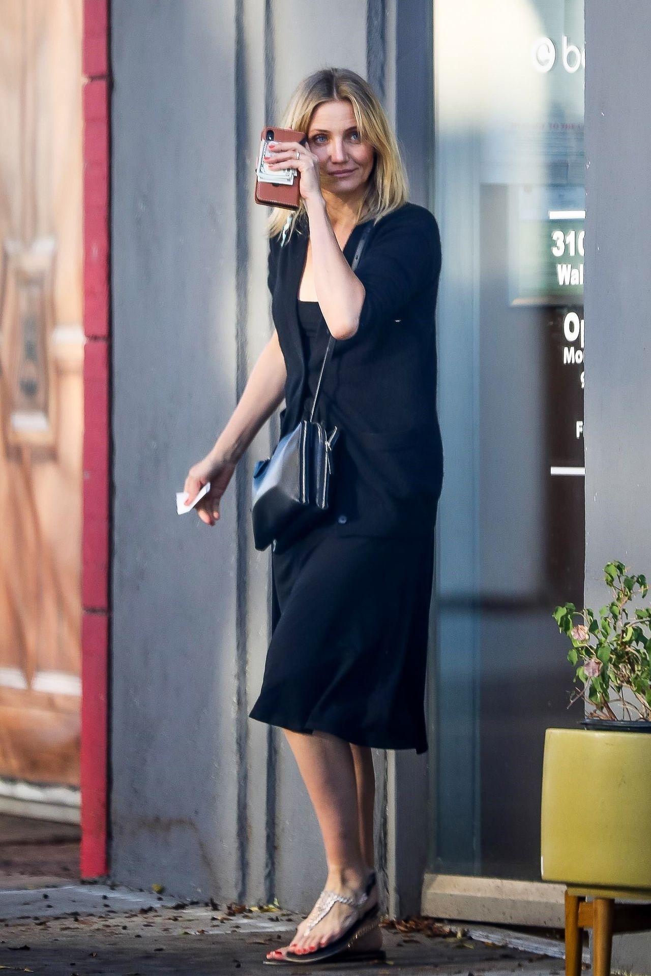 Cameron Diaz wychodzi z salonu kosmetycznego.