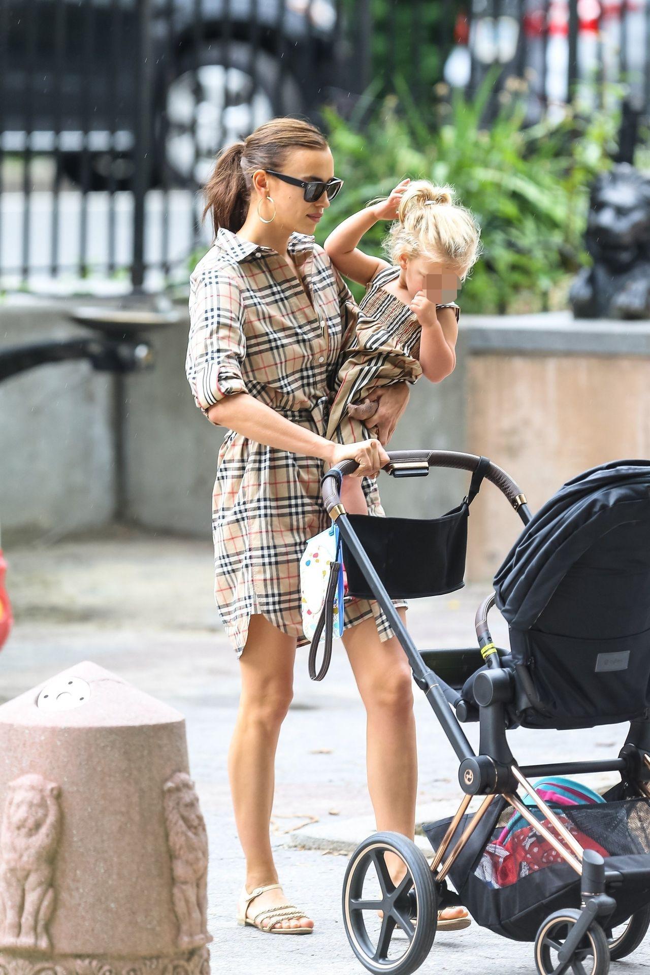 Irina Shayk w sukience Burberry siedzi w piaskownicy z córeczką Leą – po rozstaniu z Bradleyem dobry humor jej nie opuszcza