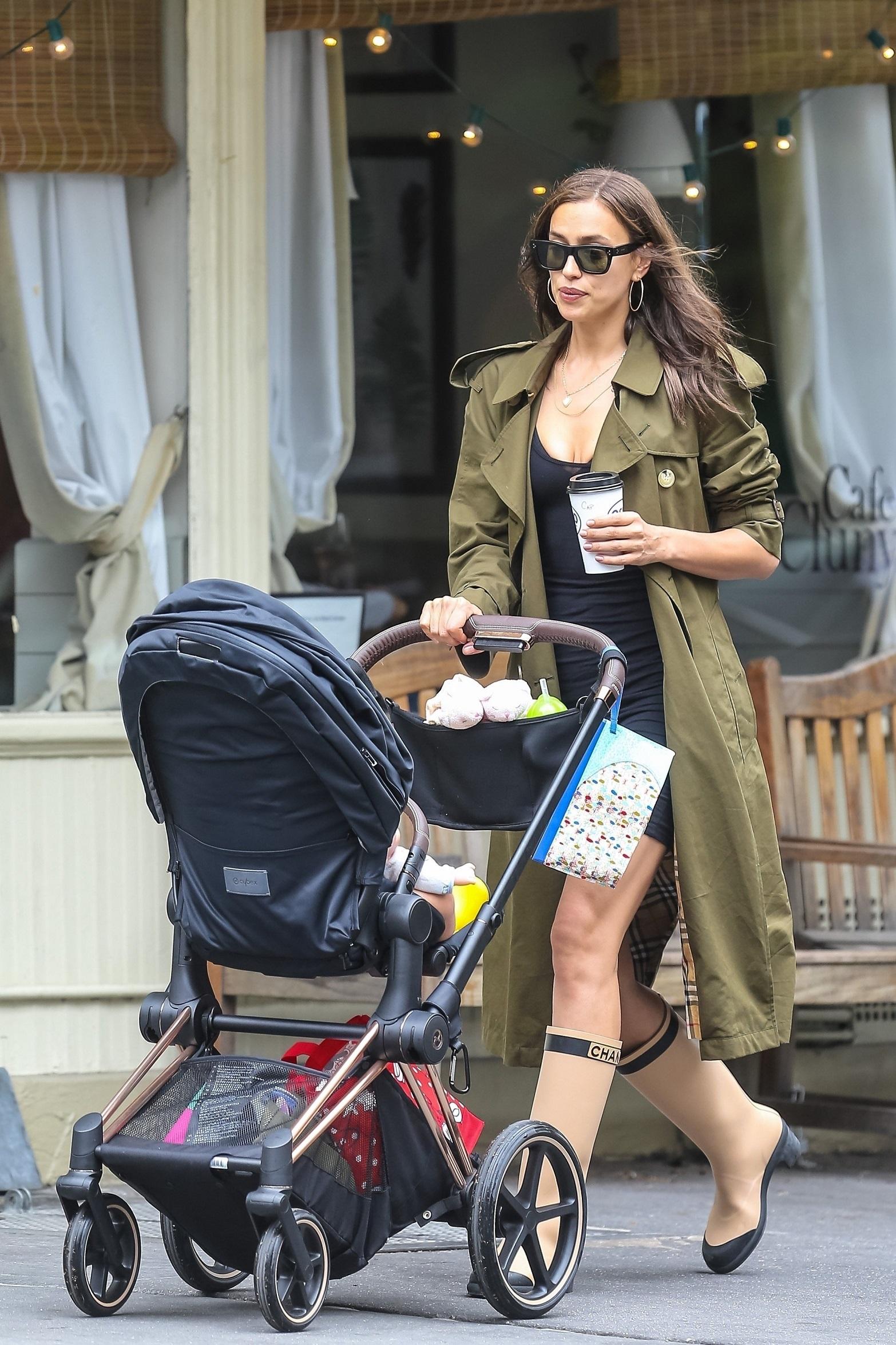 Irina Shayk przygotowana na każdą pogodę – w dobrym humorze bawi się z córką na ulicach Nowego Yorku