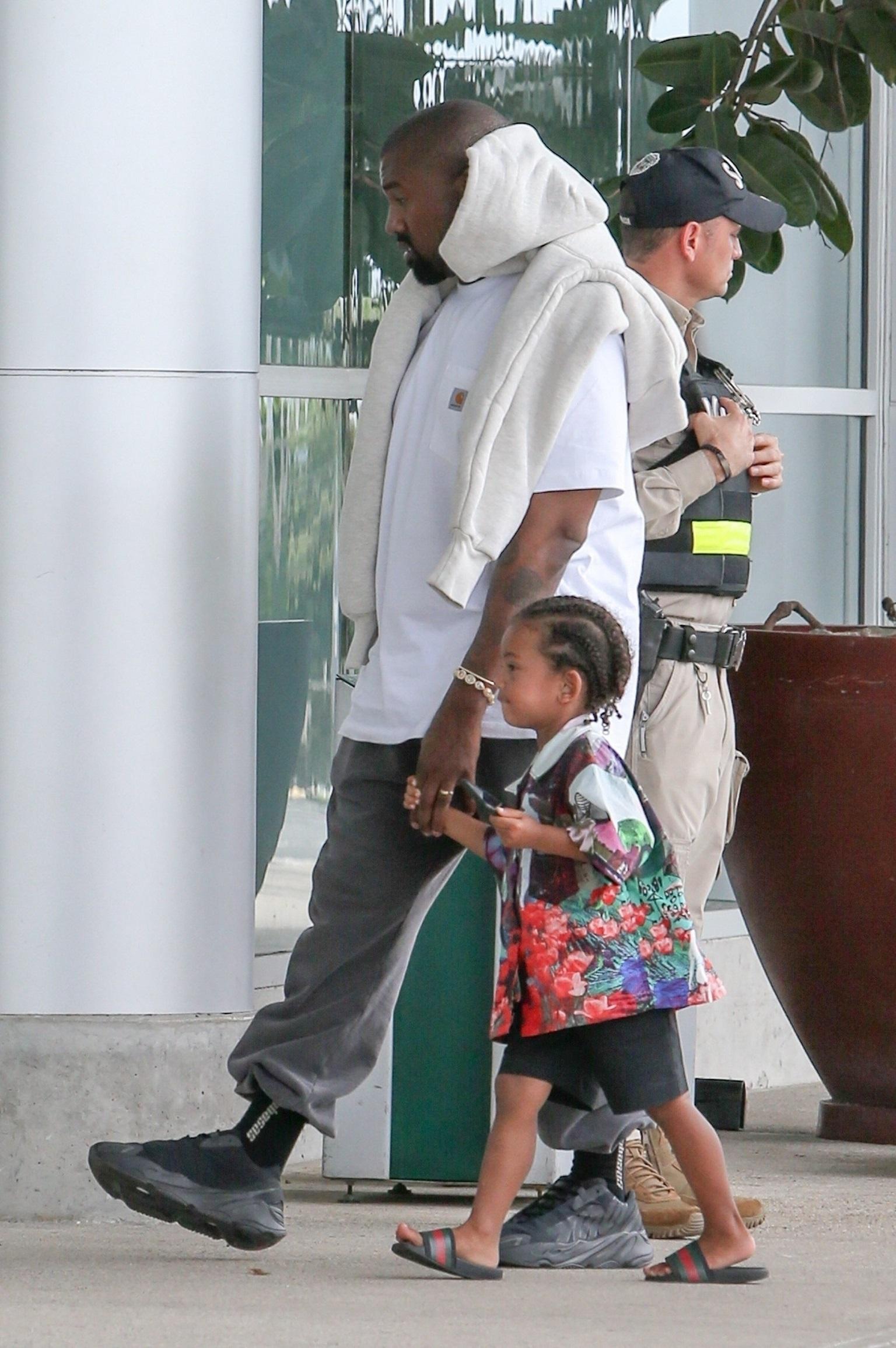 Kanye West na spacerze z córką.
