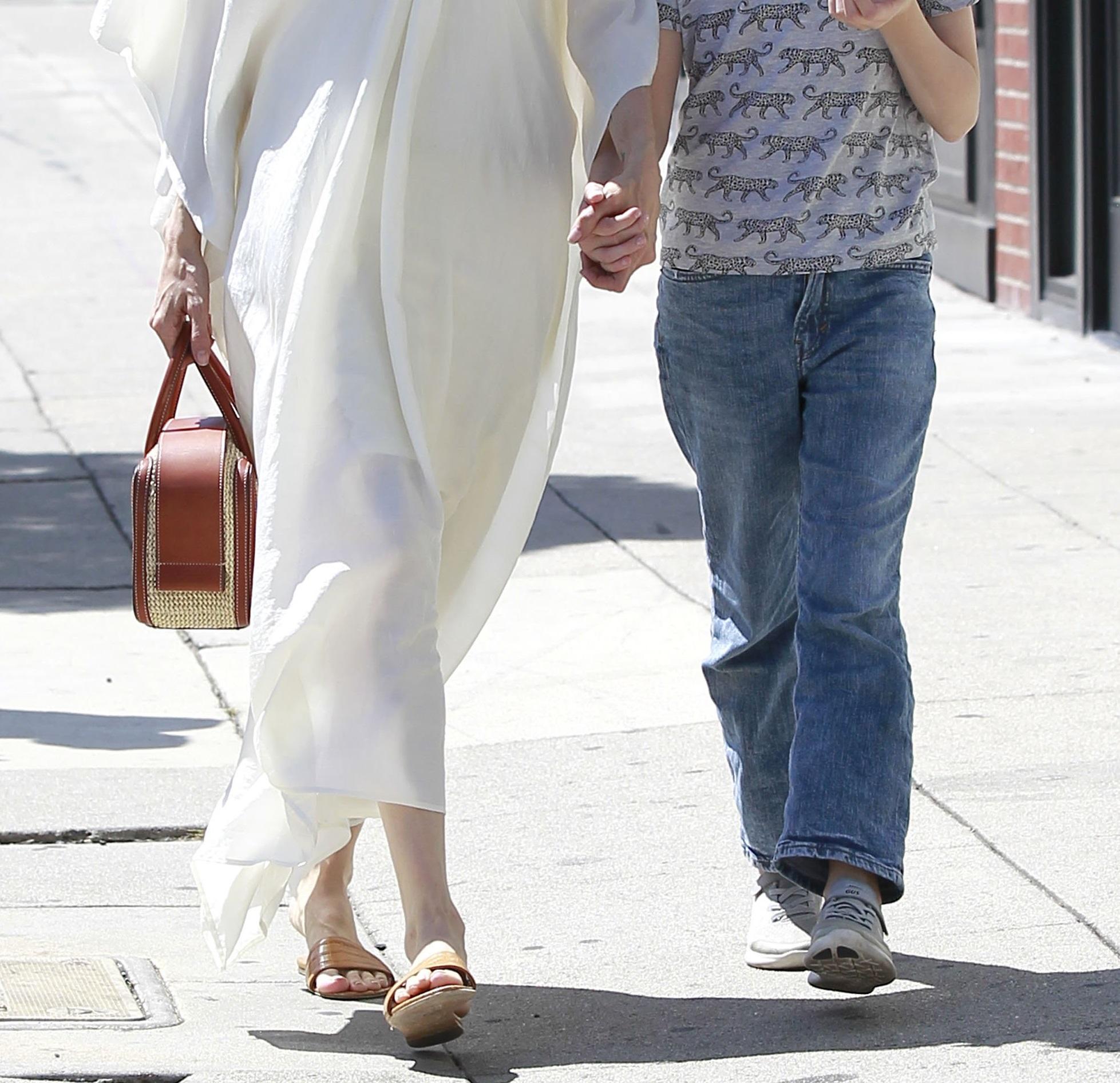 Roześmiana Angelina Jolie z córką na zakupach