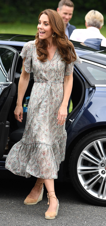 Kate Middleton w letniej sukience i butach