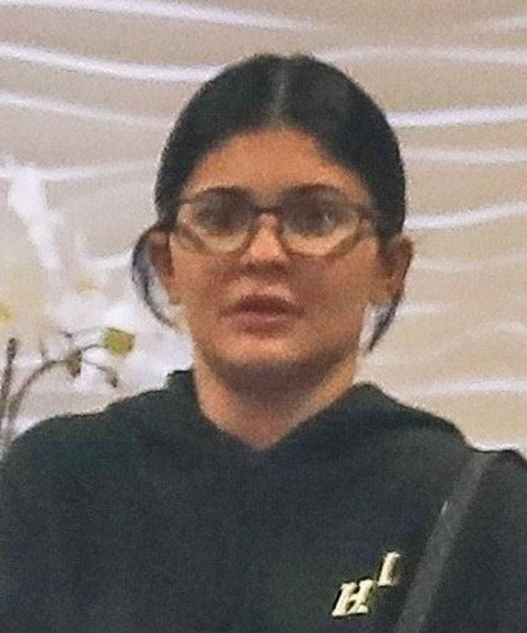 Kylie Jenner w okularach