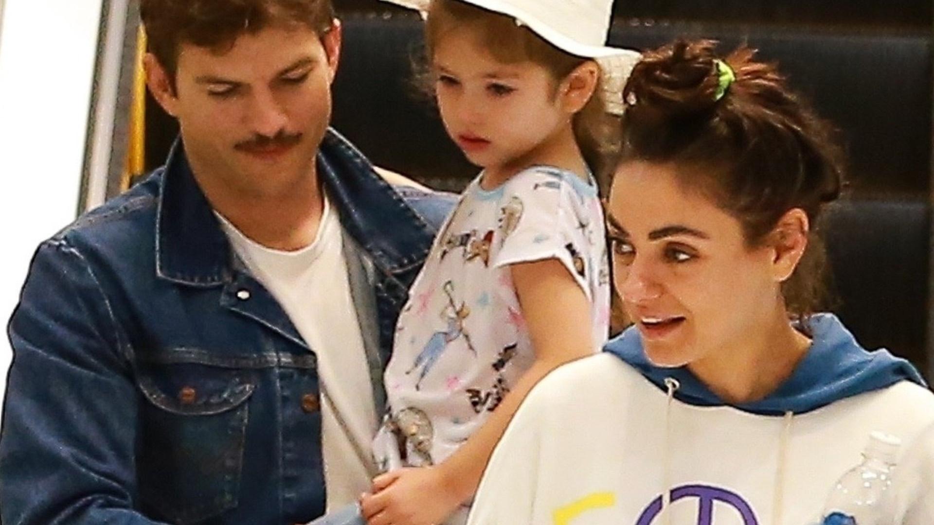 Ale SŁODKIE dzieciaki! Mila Kunis i Ashton Kutcher spędzili sobotę w centrum handlowym (ZDJĘCIA)
