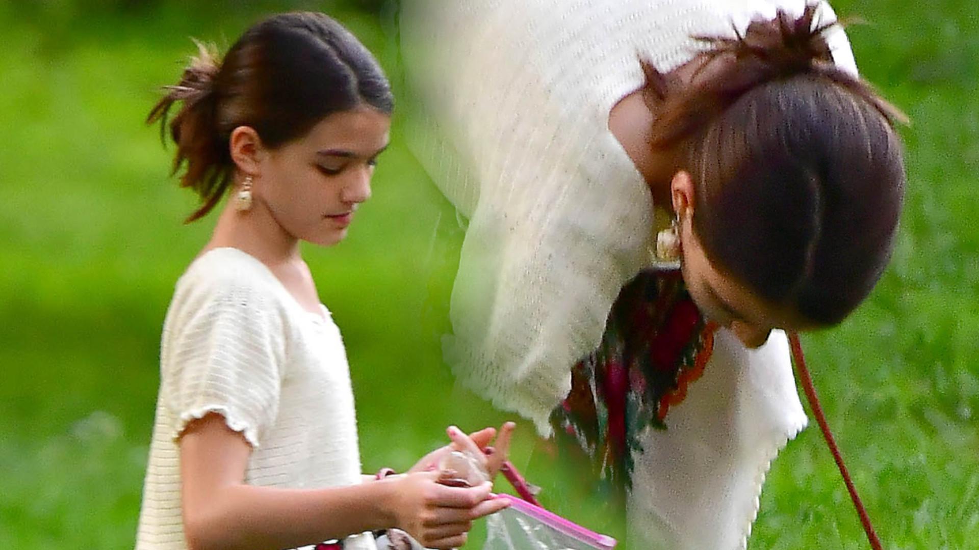 13-letnia Suri Cruise w letniej sukience – dziewczynka posprzątała po swoim psie (ZDJĘCIA)
