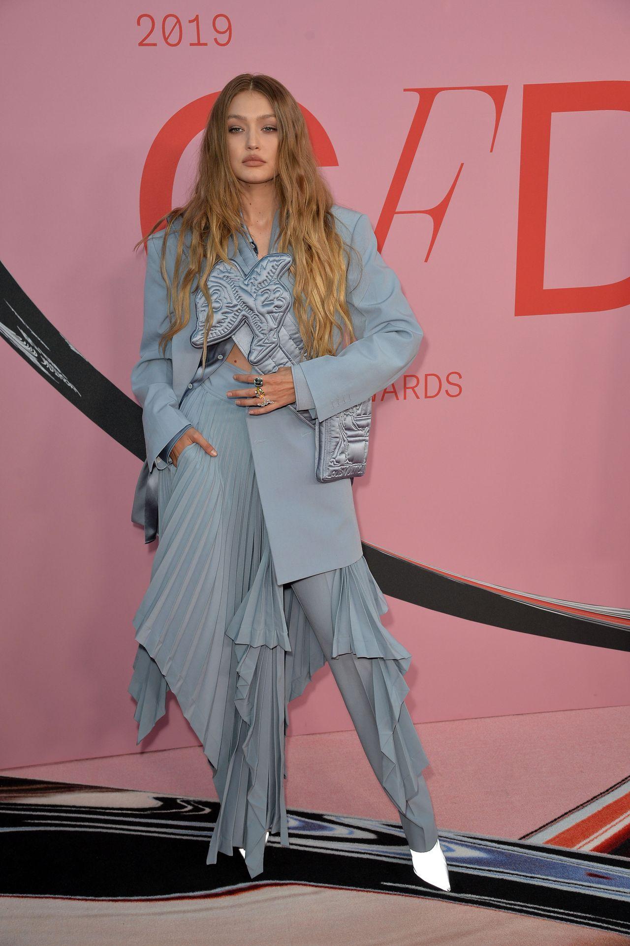 Bella Hadid w czarnej sukni czy Gigi w spodniach i spódnicy? A co powiecie na kreację Emily Ratajkowski?
