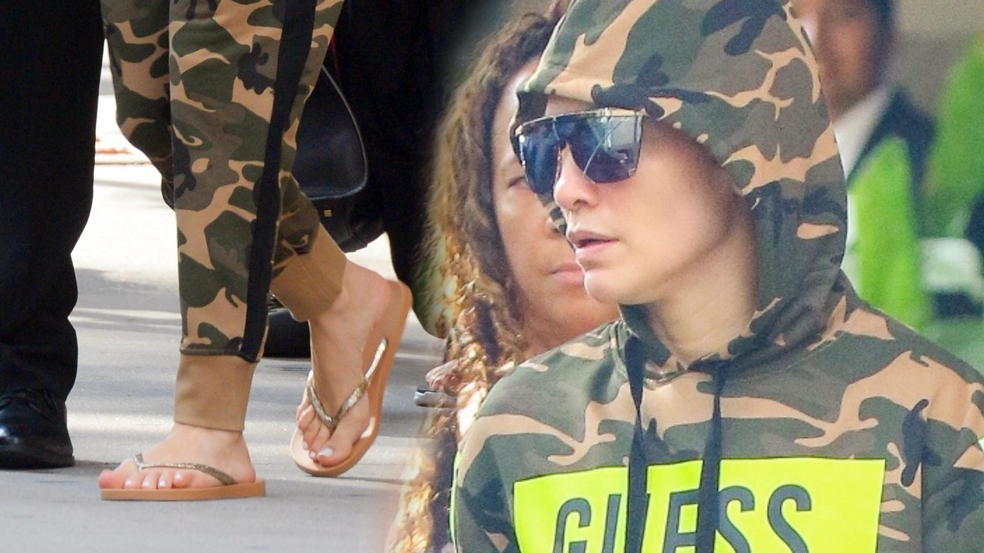 Jennifer Lopez w dresie moro. Przez przypadek pokazała pulpit telefonu (ZDJĘCIA)