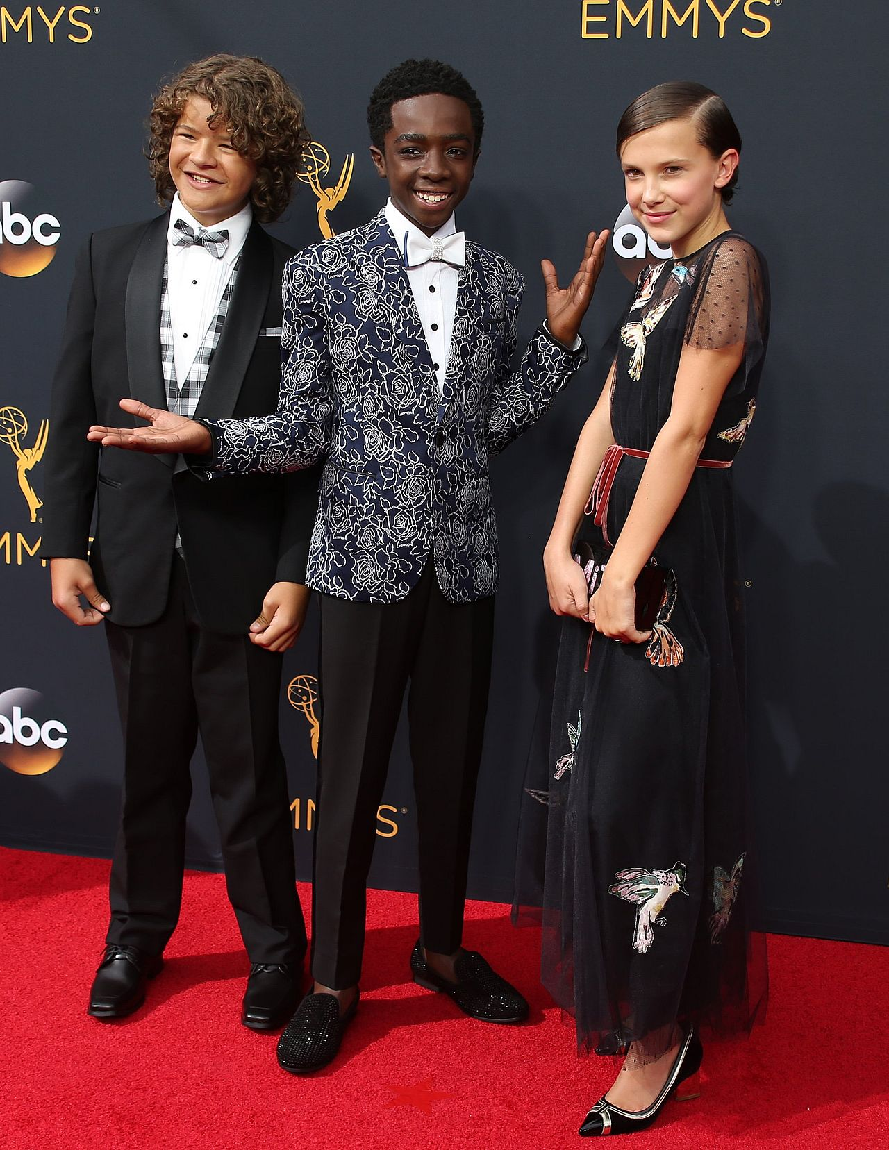 Gaten Matarazzo (L), Caleb McLaughlin i Millie Bobby Brown