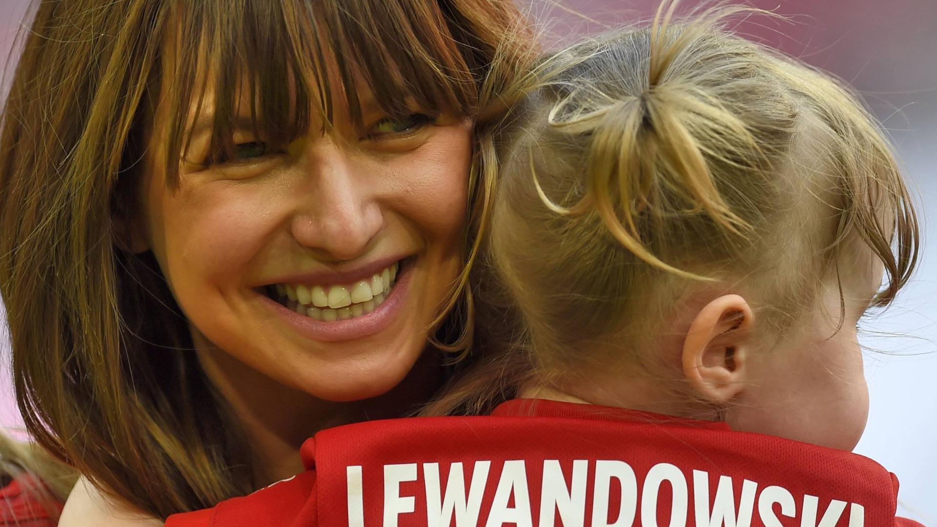 Klara Lewandowska leży na dywanie i czyta książkę, a mama chwali się jej nowymi umiejętnościami