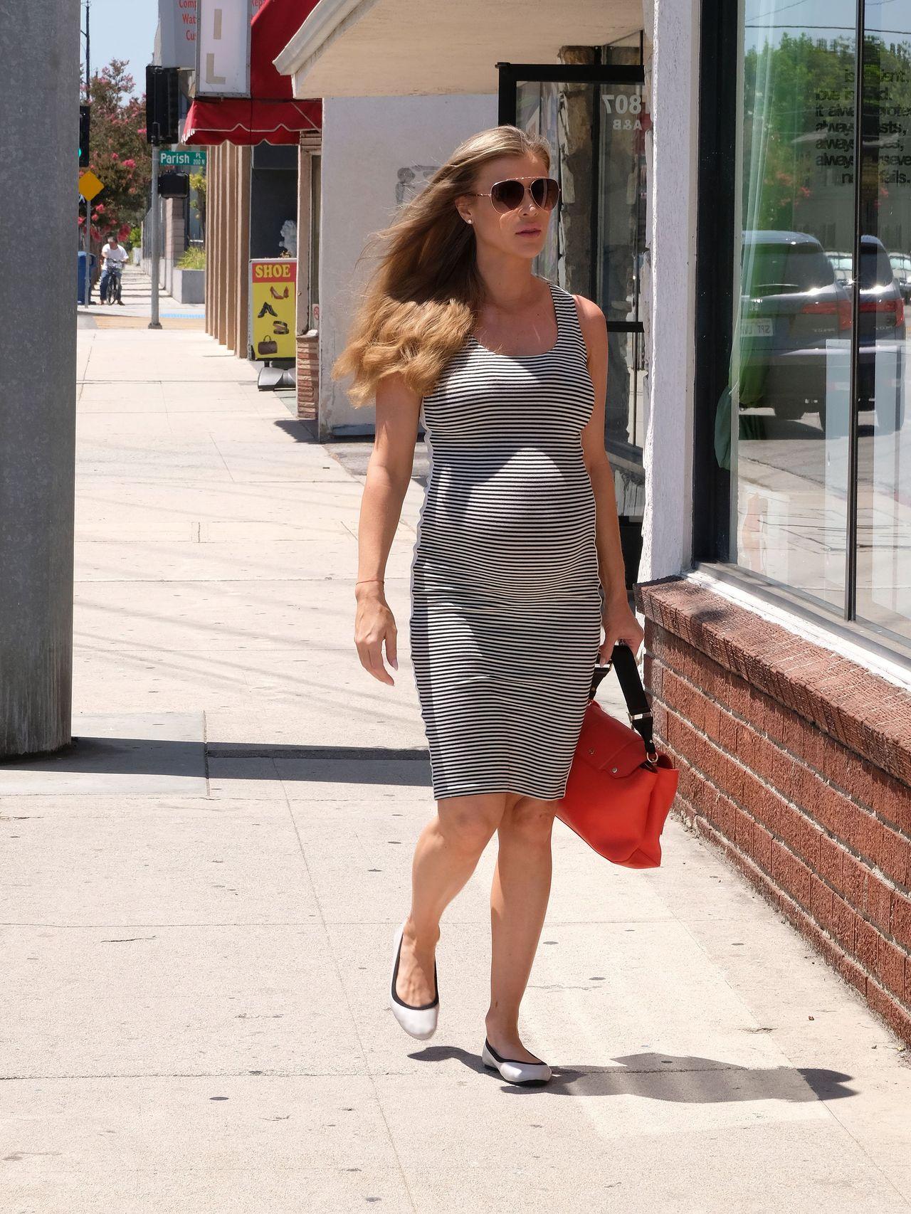 Joanna Krupa z dużym ciążowym brzuszkiem robi zakupy dla dziecka
