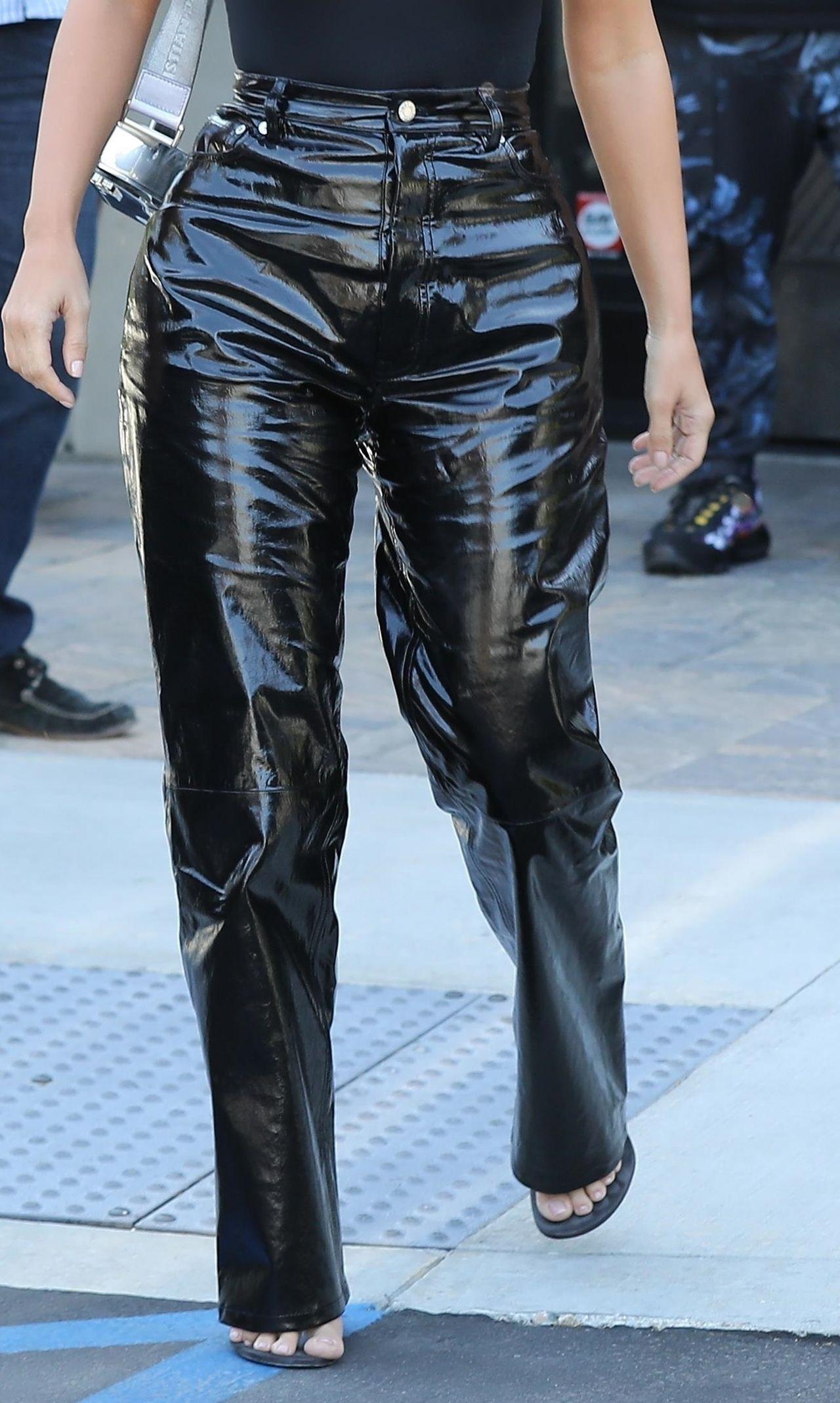 Czy ty TAM nie śmierdzisz? Fanki Kim Kardashian na widok nowych spodni celebrytki (ZDJĘCIA)