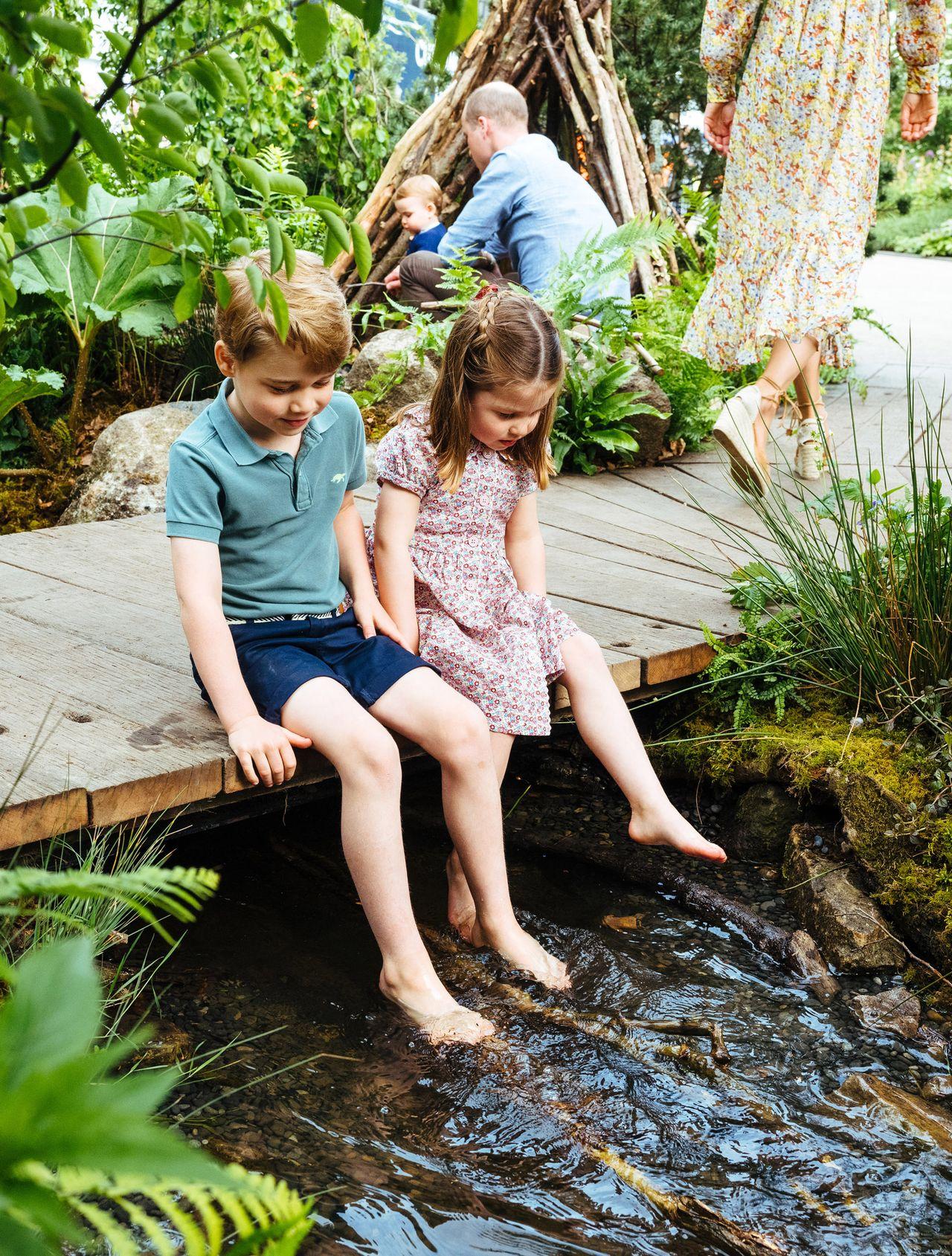 Księżniczka Charlotte i książę George w ogrodzie
