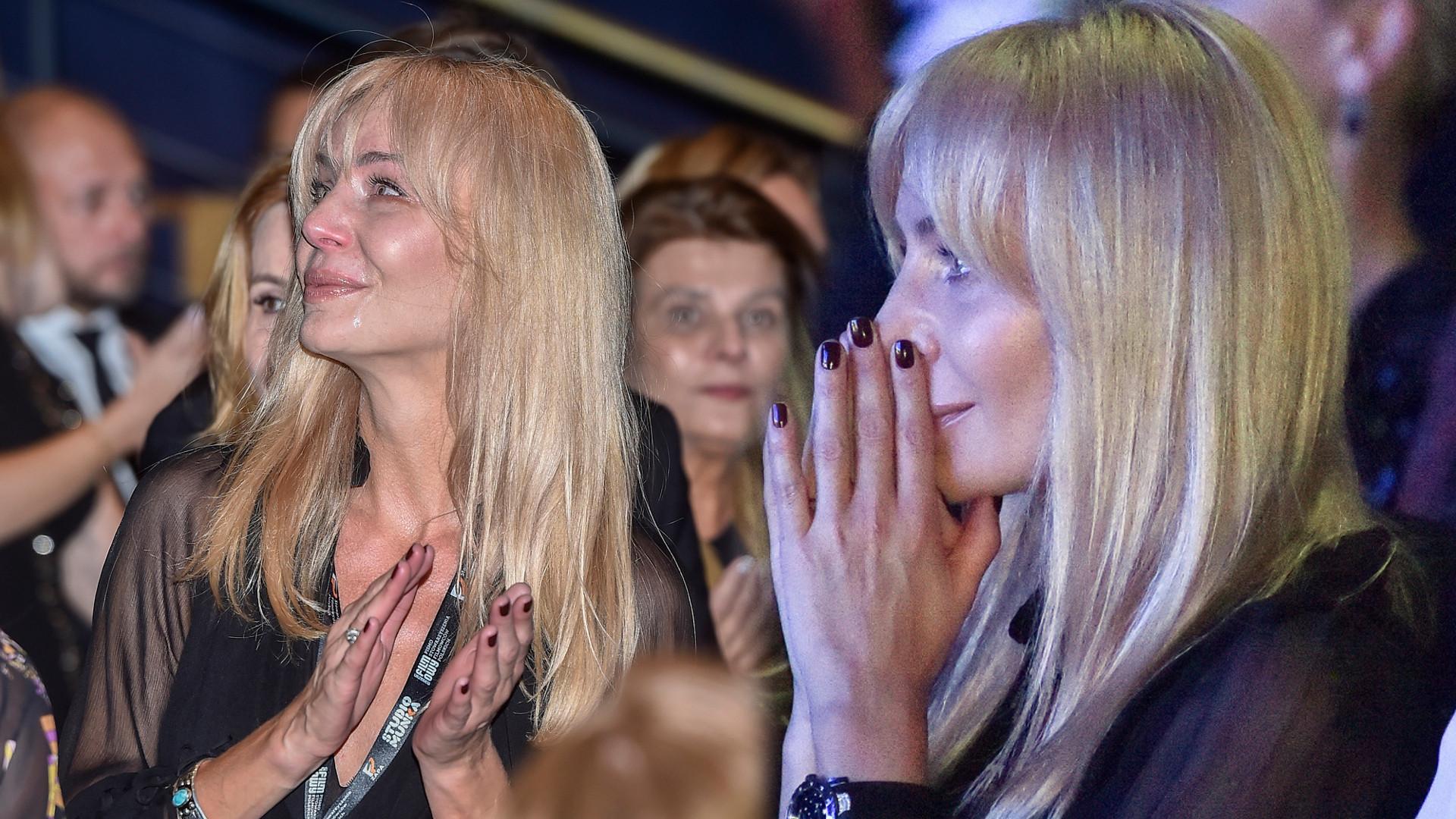 """Agnieszka Woźniak-Starak przeżywa ciężkie chwile i zalewa się łzami na premierze filmu męża, """"Ukryta Gra"""""""