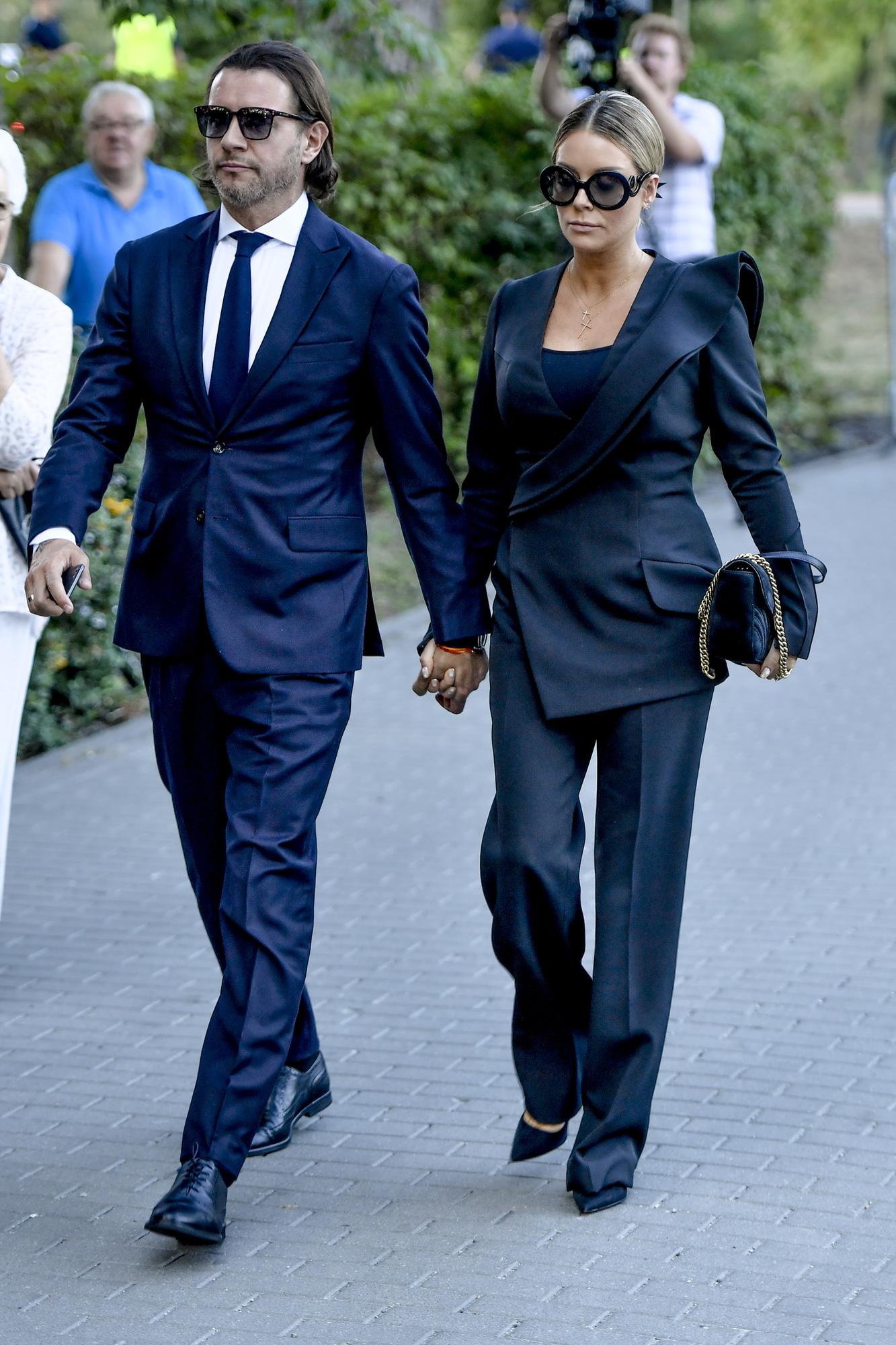 Małgorzata Rozenek-Majdan z mężem w czarnych stylizacjach.