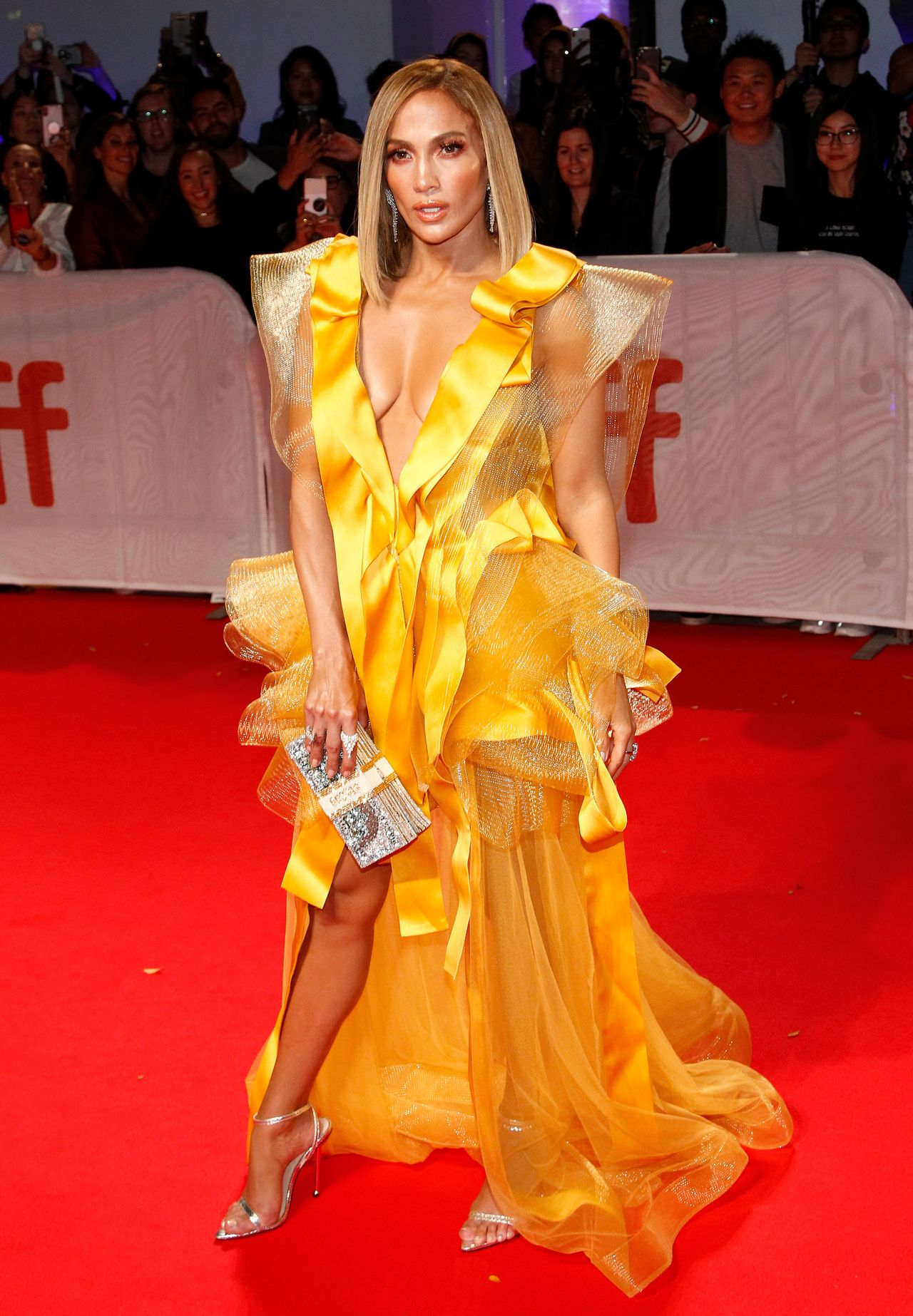 """Jennifer Lopez bez stanika i w rozjaśnionych włosach promuje film Hustlers (""""Ślicznotki"""")"""