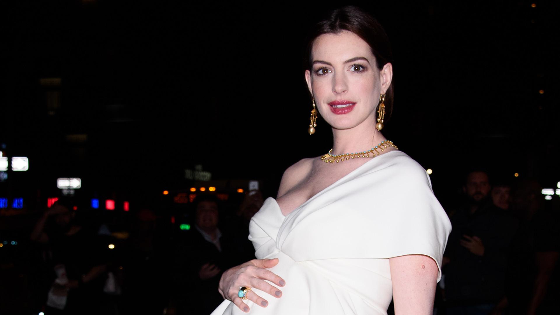 Anne Hathaway ma już ogromny ciążowy brzuszek (ZDJĘCIA)