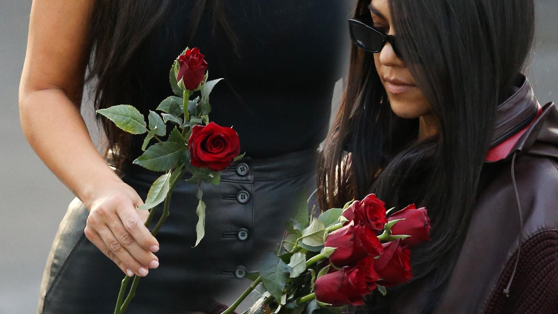 Poważne Kim i Kourtney z różami przy pomniku ofiar ludobójstwa w Armenii (ZDJĘCIA)