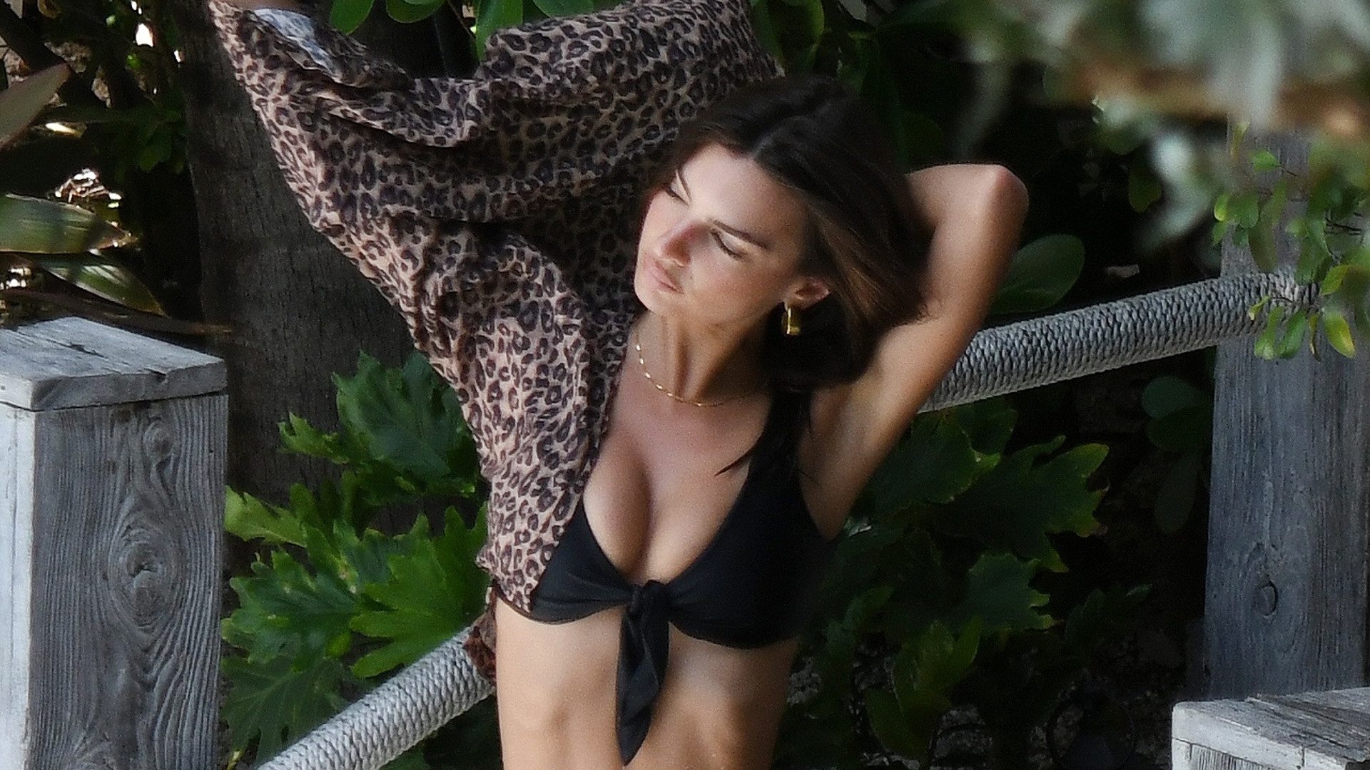 Emily Ratajkowski BEZ PHOTOSHOPA i filtrów w bikini – wciąż ideał piękna? (ZDJĘCIA)