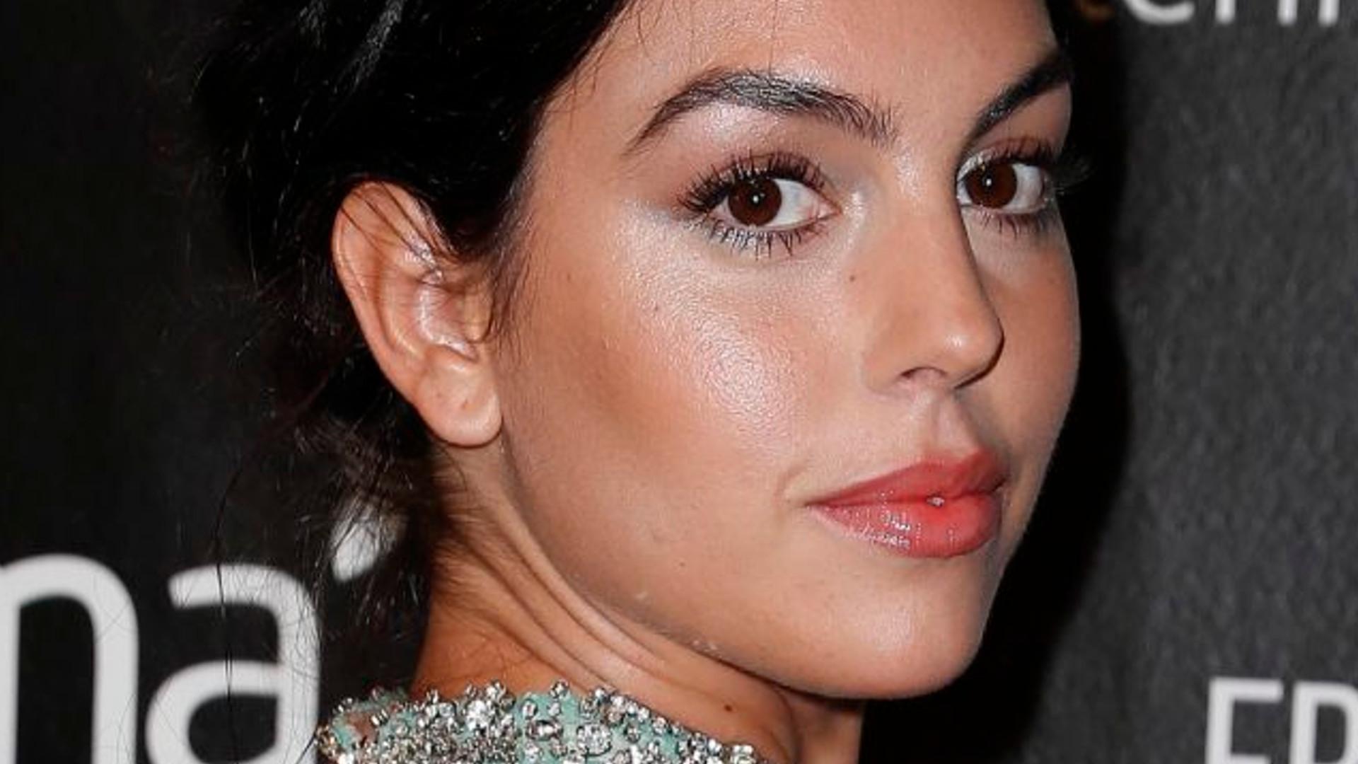 Georgina Rodriguez w białej mini wygląda jak zagubiona siostra Kardashianek!