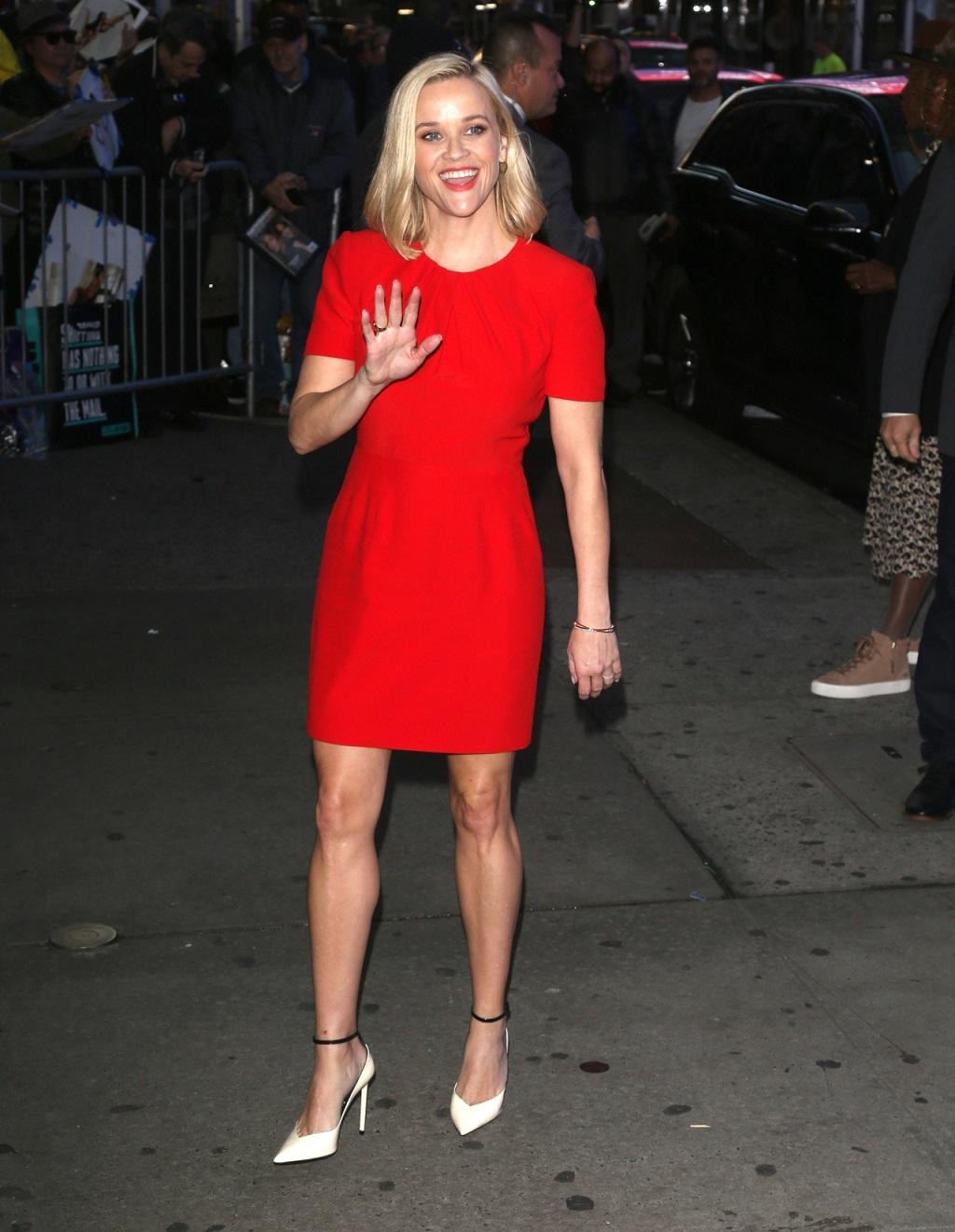 Reese Witherspoon w czerwonej sukience na premierze filmu.