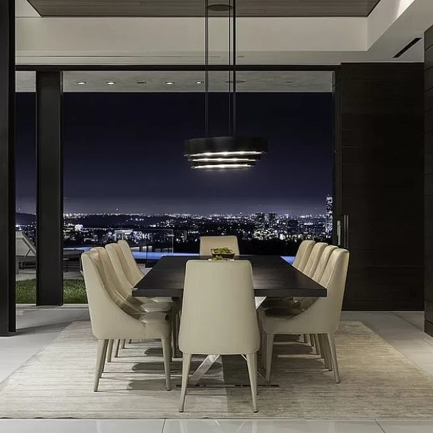 21015500-7686623-Scenic_A_10_seater_dining_table_overlooks_the_beautiful_city_lig-a-23_1573757721779 - Kopia