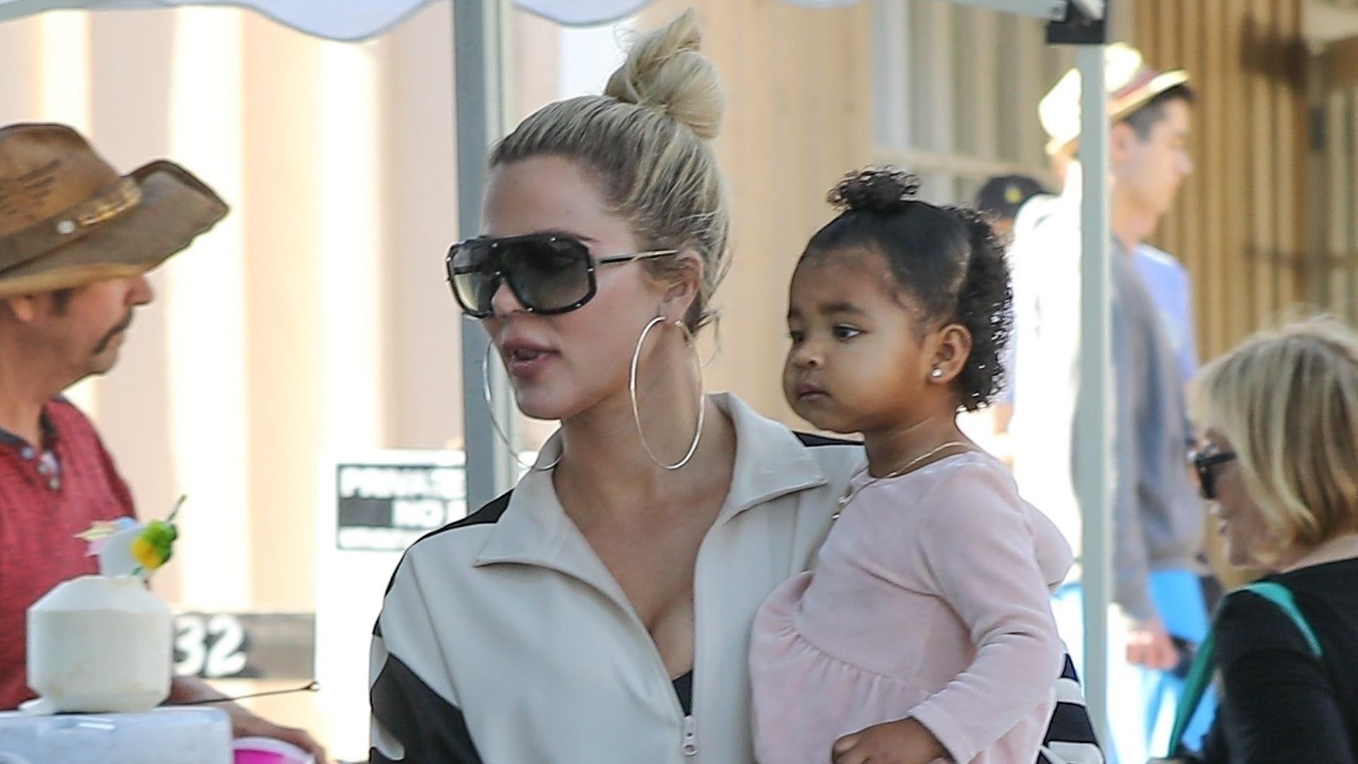 Przerobiona Khloe Kardashian z córeczką True na rynku (ZDJĘCIA)