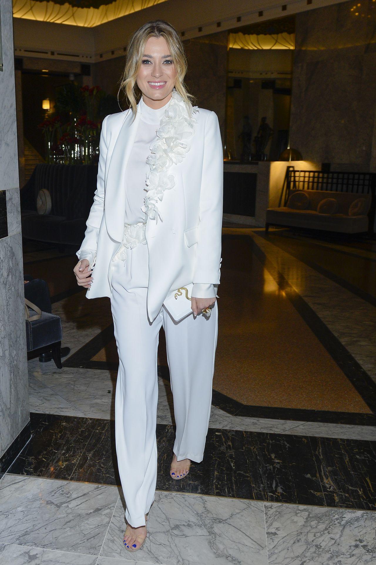 Marcelina Zawadzka w białej stylizacji.