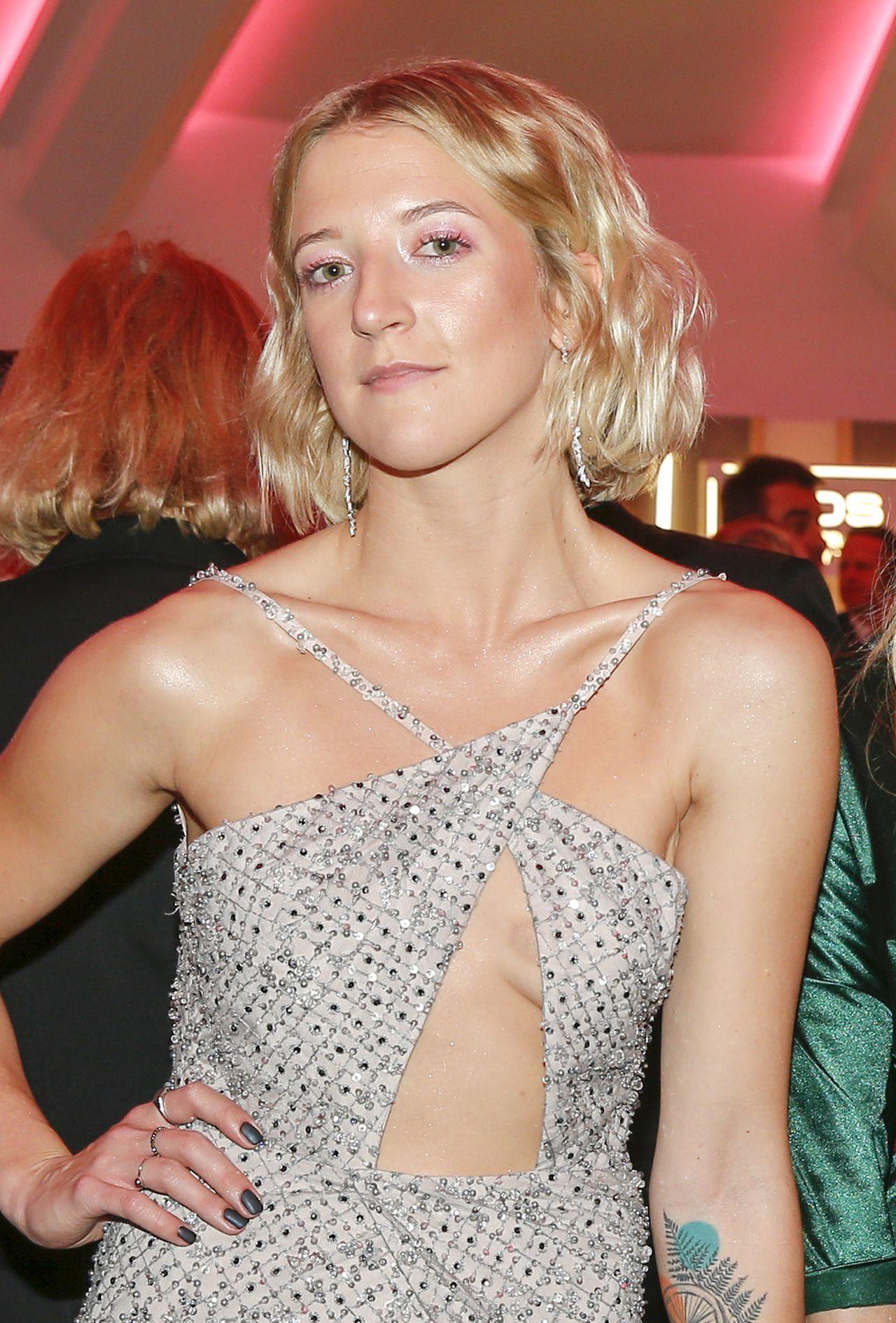 Lara Gessler w kusej sukience na imprezie branżowej.