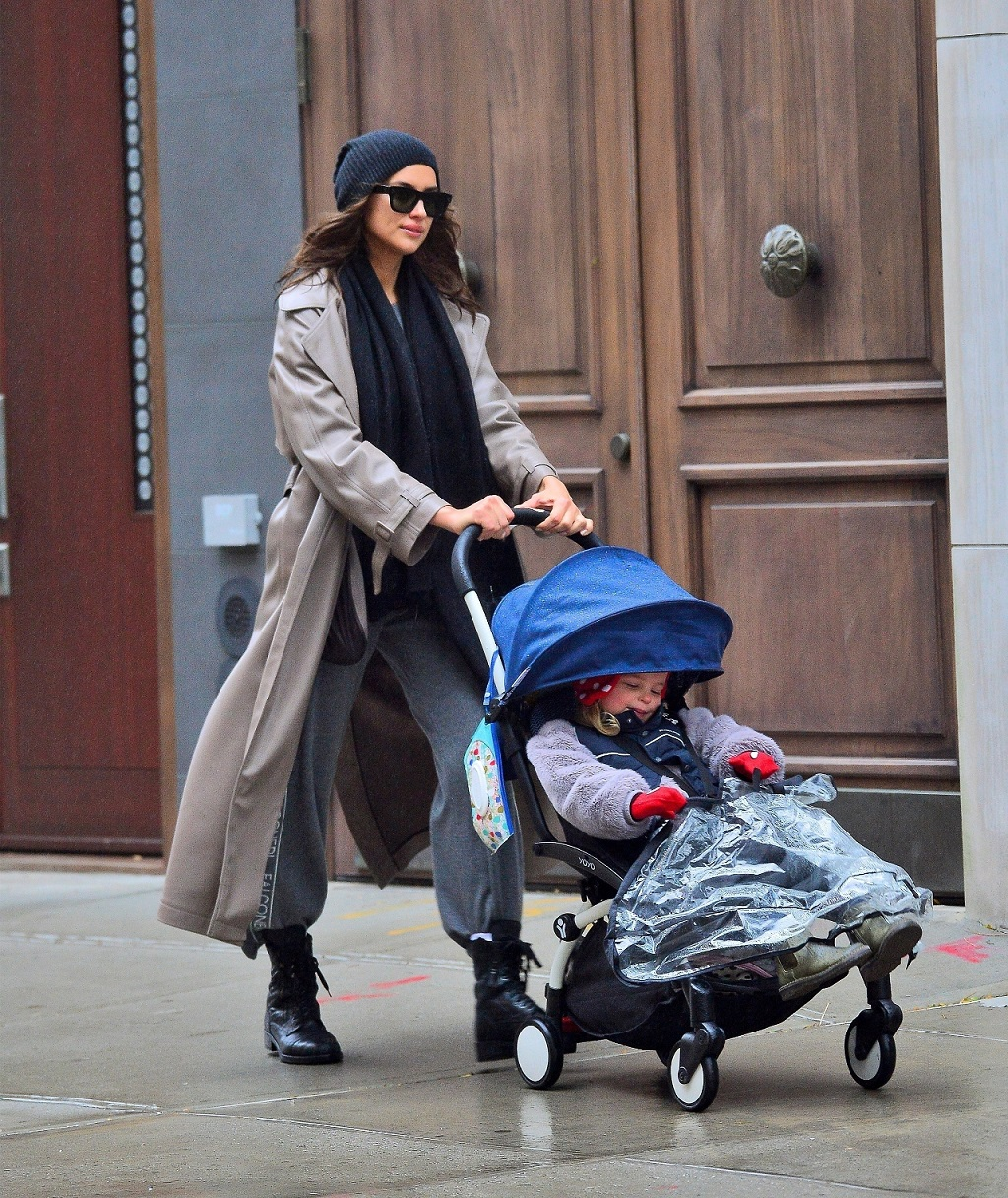 Irina Shayk na spacerze z córką