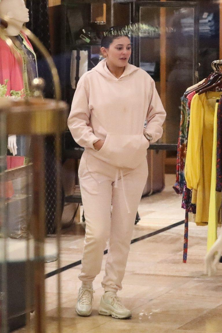 Kylie Jenner w bez makijażu i w dresach robi zakupy.