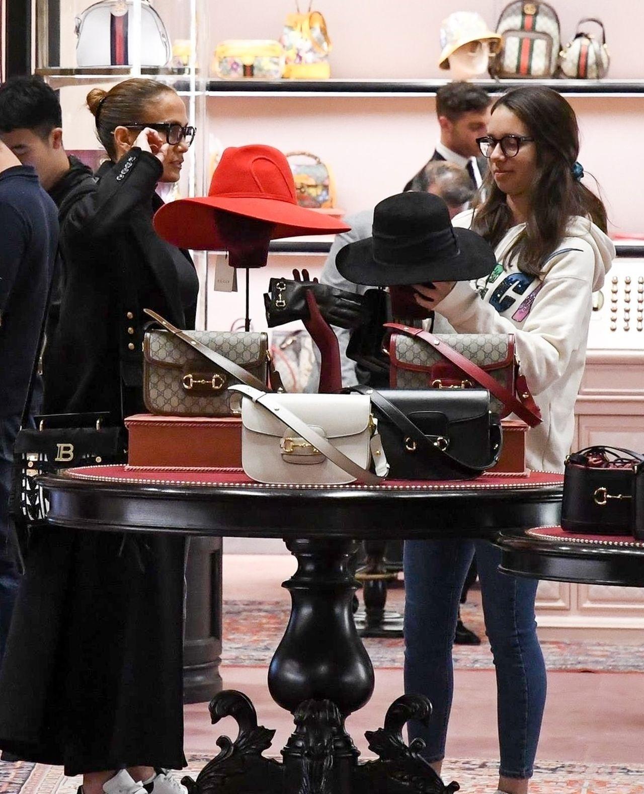 Jennifer Lopez na babskich zakupach z córką i córkami narzeczonego – zobaczcie, jak buszowały w luksusowym butiku
