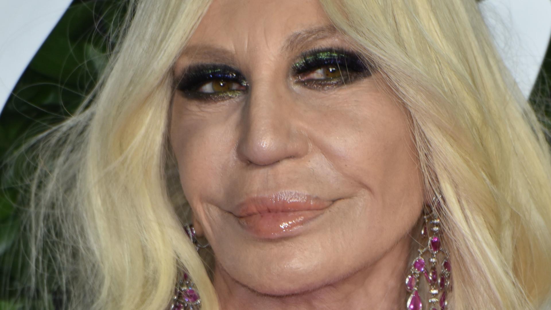 Donatella Versace ścisnęła się suknią jak zbroją i coś wyszło spod jej pachy (ZDJĘCIA)