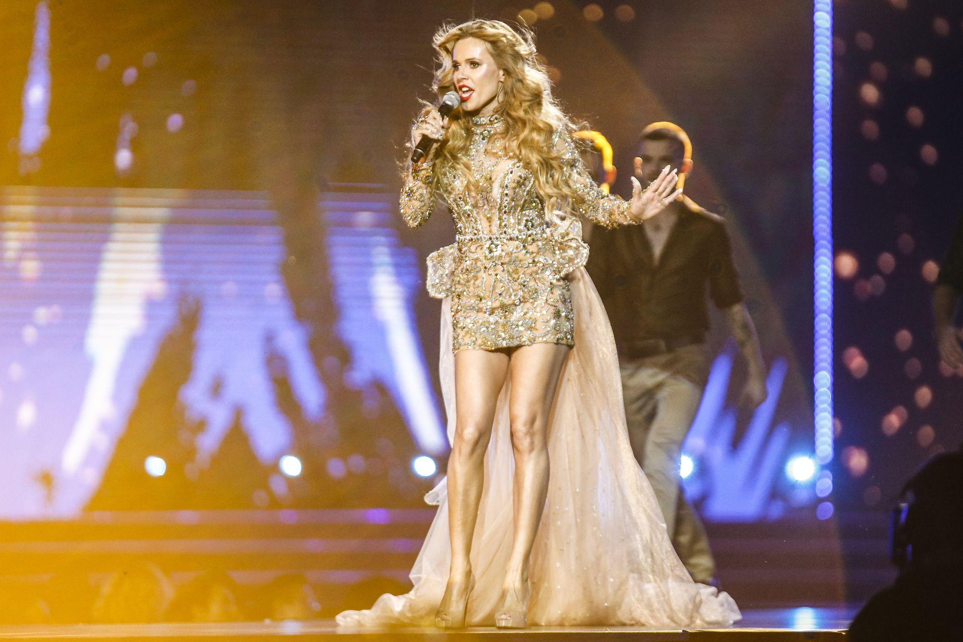 Doda na scenie - widać jej zgrabne nogi