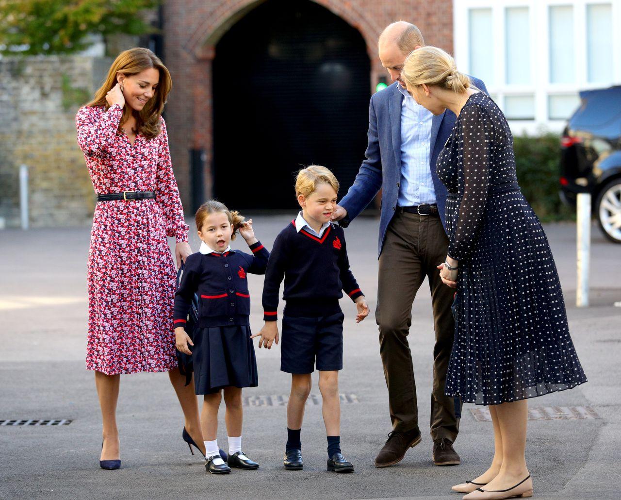 Księżna Kate i książę William prowadzą dzieci do szkoły