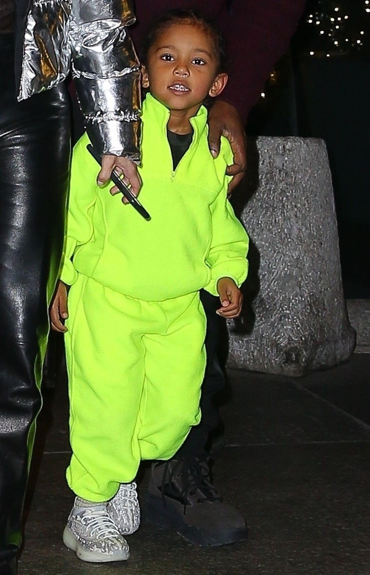 Tak to wygląda, gdy zabierasz dzieci do restauracji – Kim Kardashian i Kanye West ogarniają North i Sainta