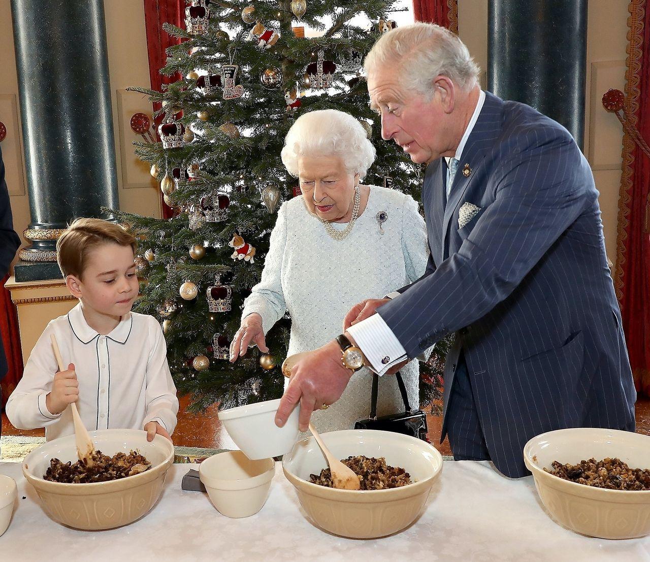 Książę George gotuje w towarzystwie księcia Karola i królowej Elżbiety
