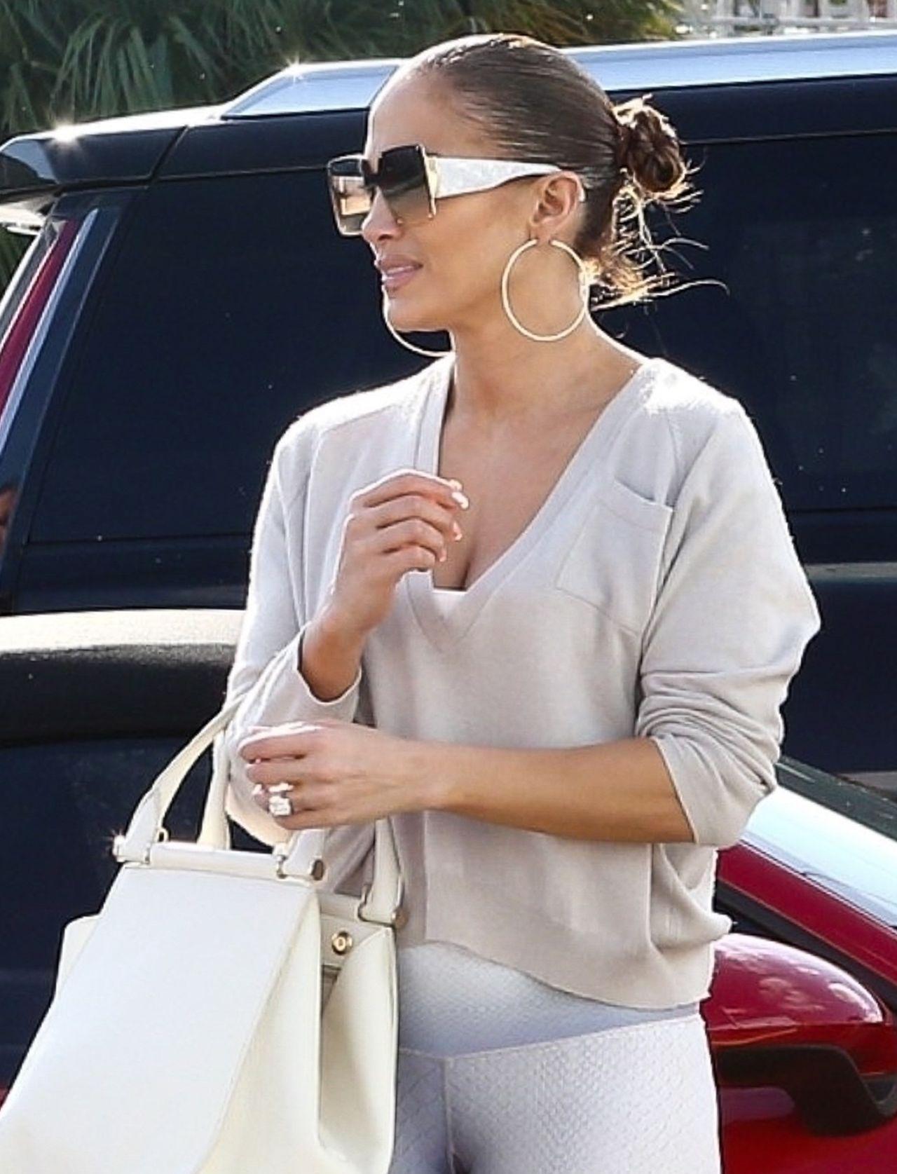 Są kobiety, które W ŻYCIU nie założyłyby krótkiego swetra do takich legginsów! Jennifer Lopez ma to w nosie