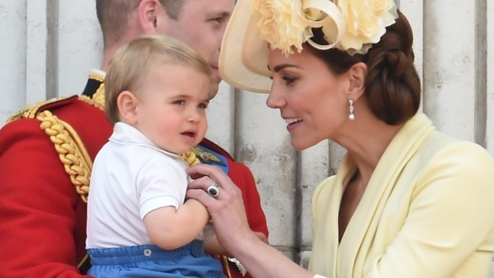 Książę Louis dopiero co zaczął mówić. Ciągle wypowiada TO słowo