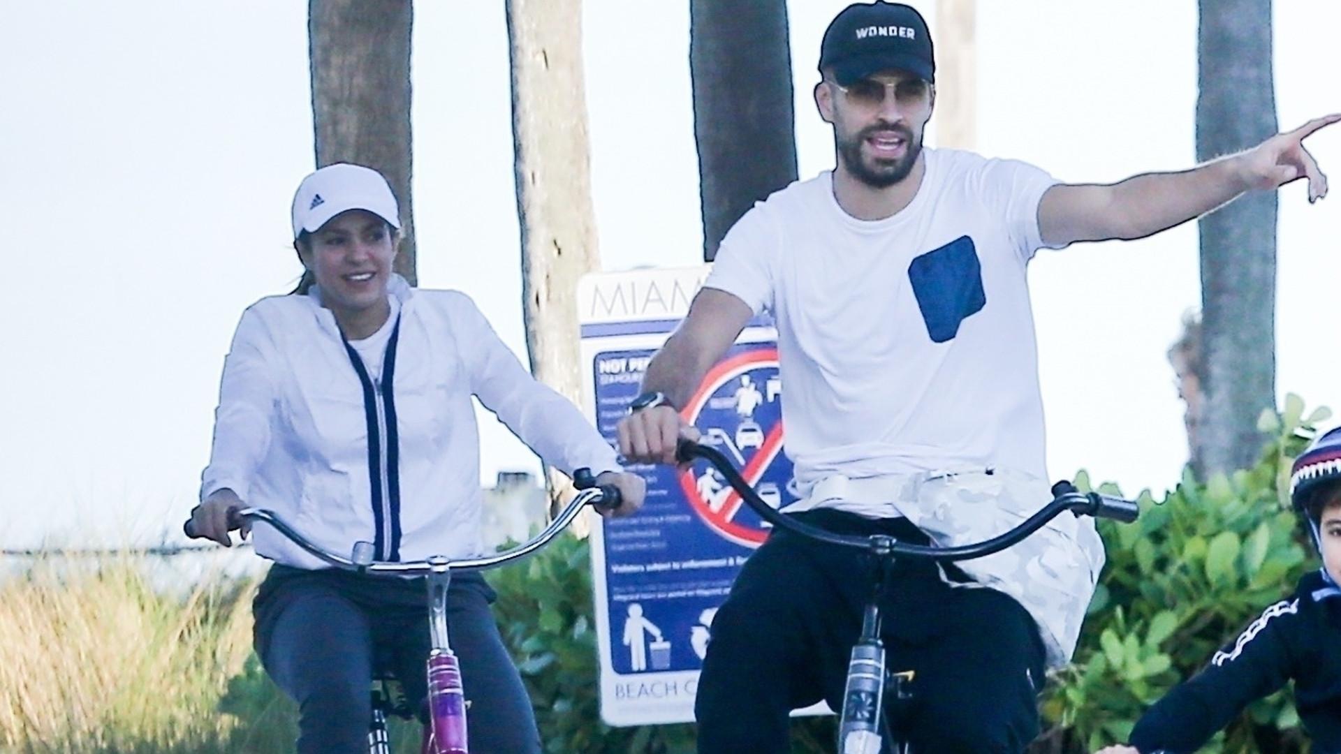 Shakira z Gerardem Pique i synami na rowerach – chłopcy wyrosną na przystojniaków! (ZDJĘCIA)