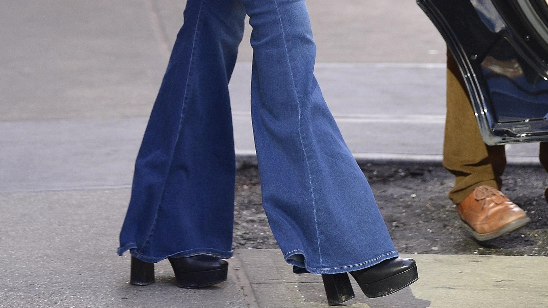 Żona znanego aktora przywraca modę na takie BRZYDKIE spodnie (ZDJĘCIA)