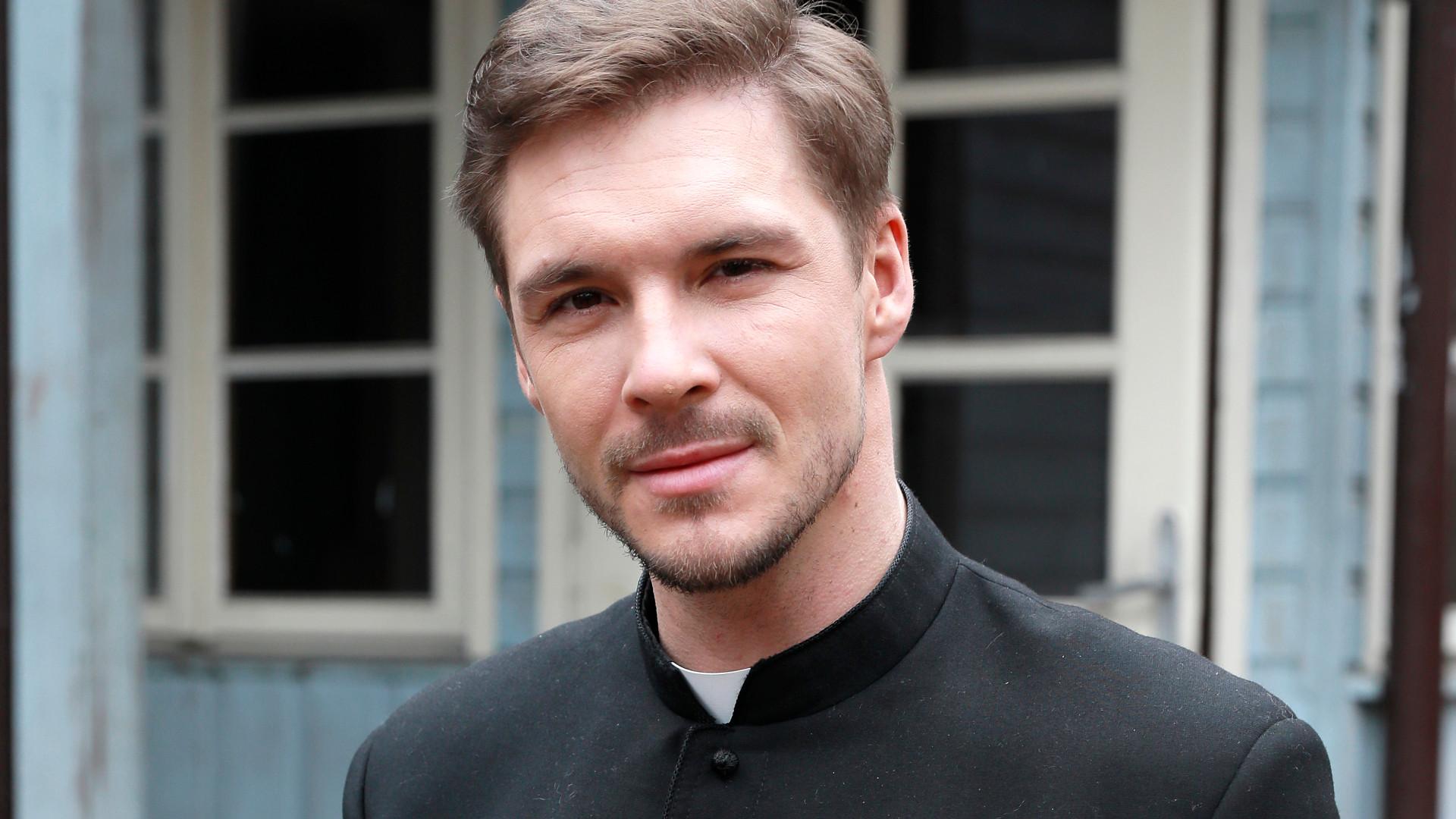 Mikołaj Roznerski w sutannie – zobaczcie, jak wygląda w roli księdza (ZDJĘCIA)
