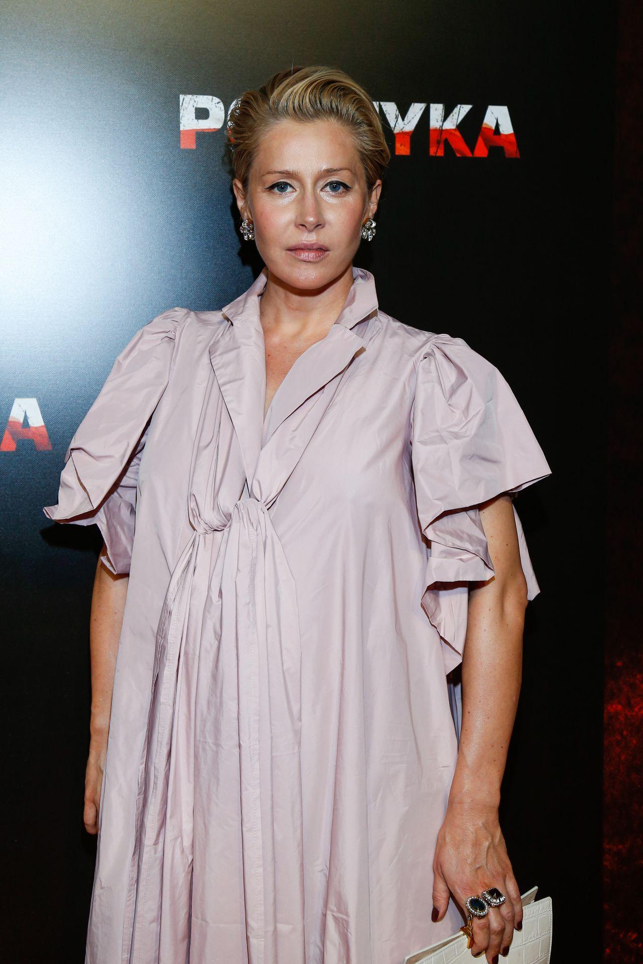Elegancka Katarzyna Warnke z pastelowej sukience.