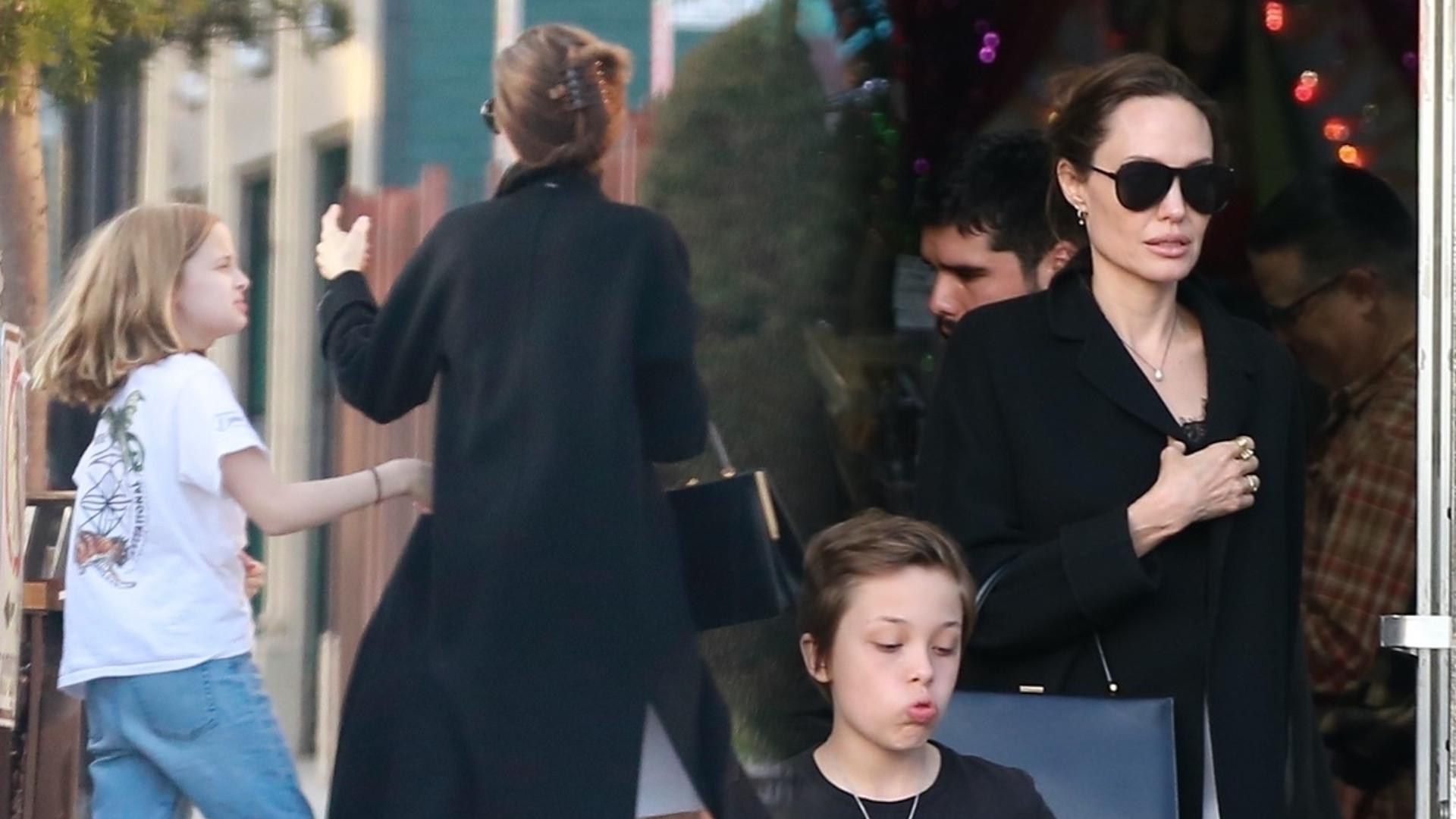Angelina Jolie w długich kozakach na zakupach z bliźniakami (ZDJĘCIA)