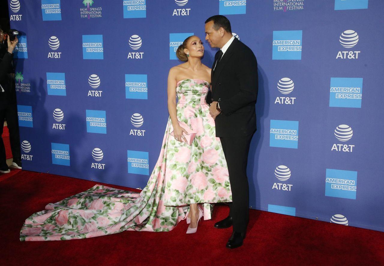 Jennifer Lopez założyła sukienkę Z ZASŁONY?! (ZDJĘCIA)