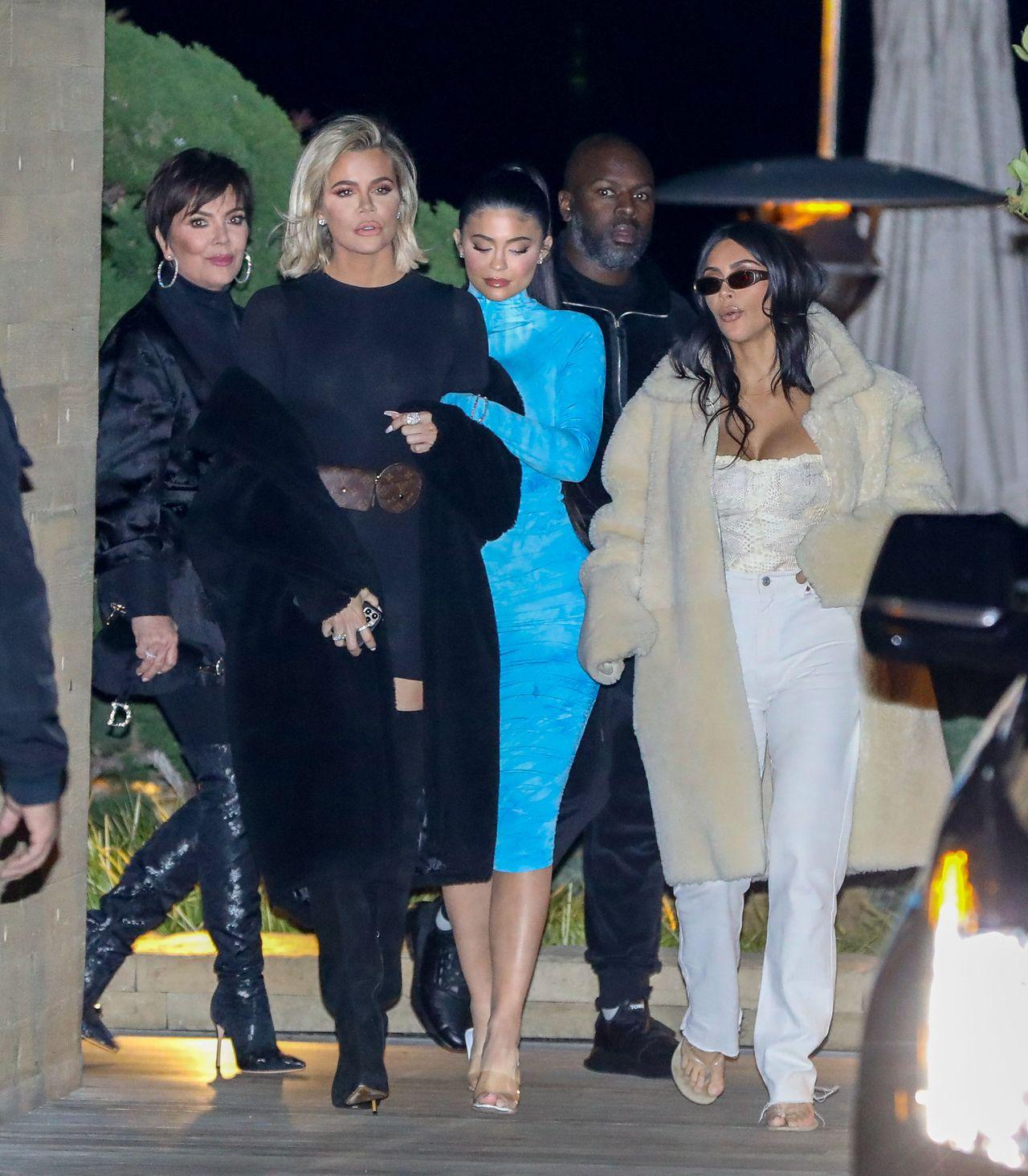 Klan Kardashian-Jenner w drodze na wystawną kolację.