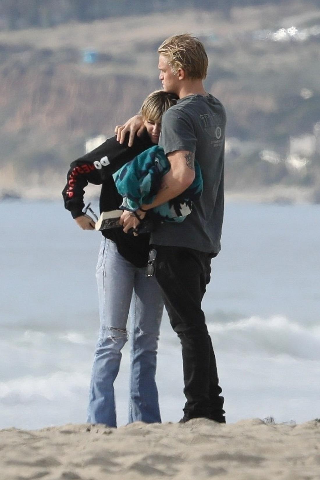Miley Cyrus i Cody Simpson w Malibu. . Fot. RMBI / BACKGRID / Backgrid USA / Forum